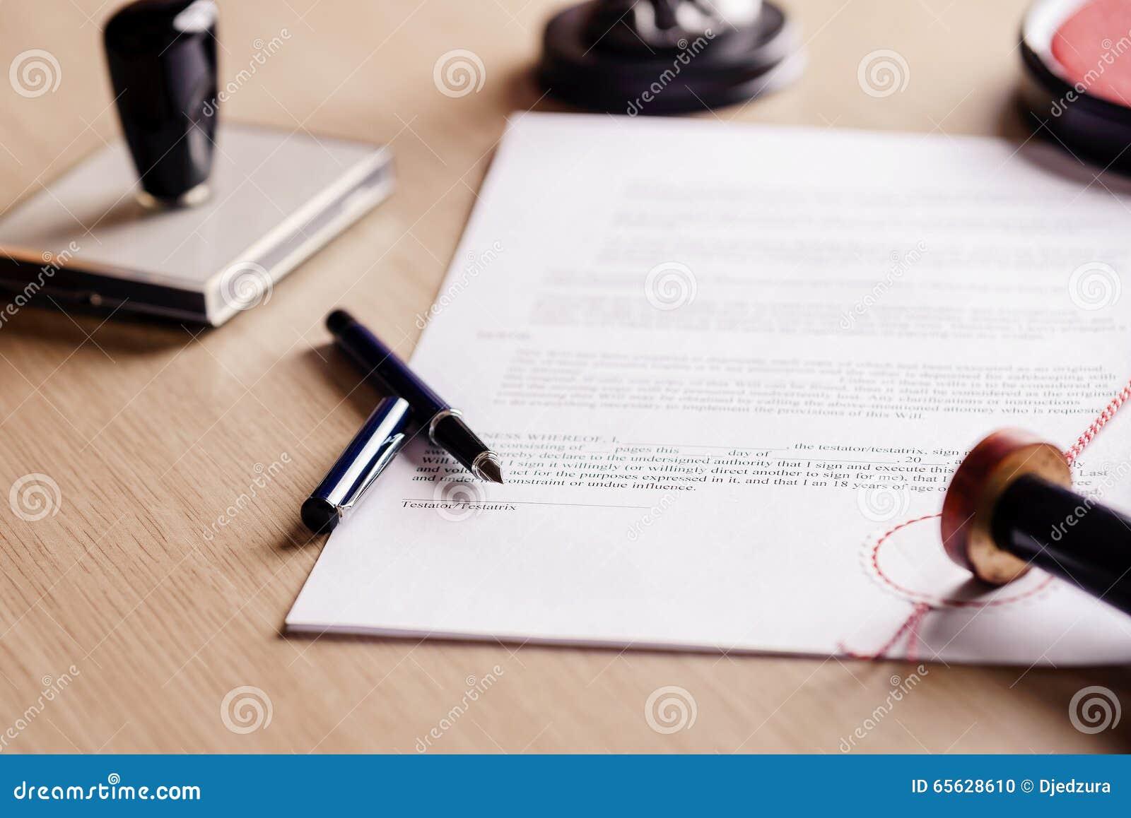 Stylo de notaire se trouvant sur le testament