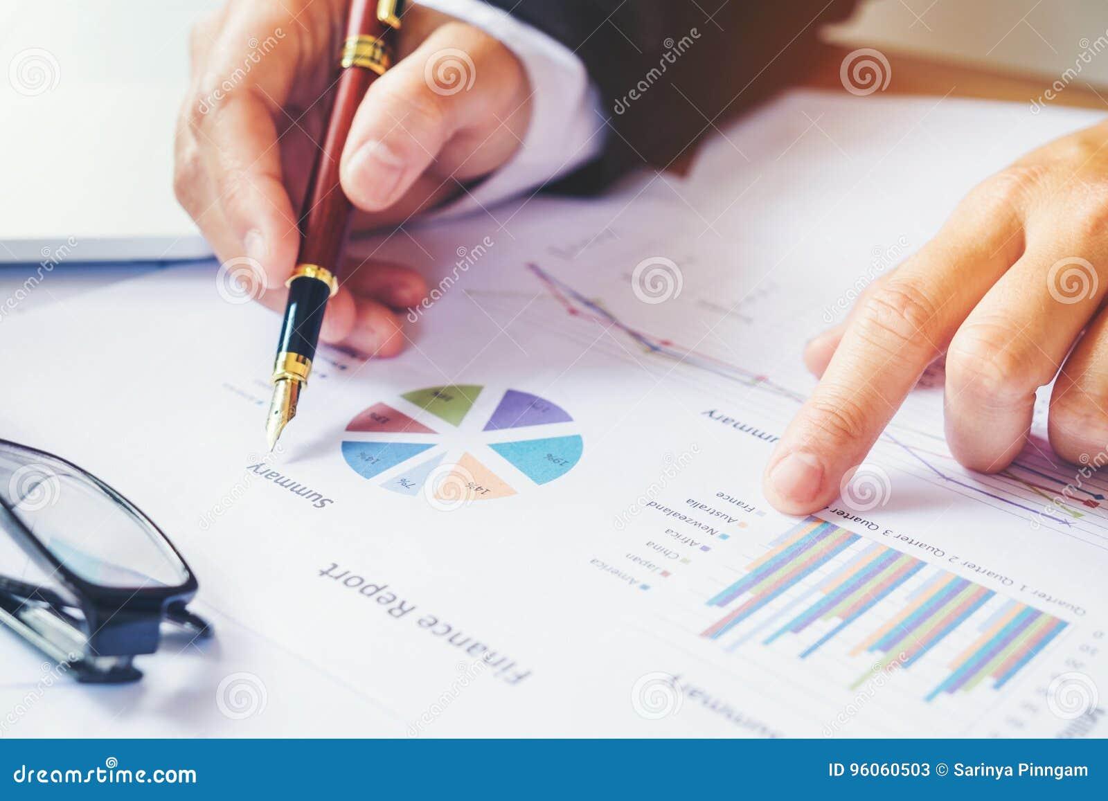 Stylo de participation d homme d affaires se dirigeant sur le diagramme de compte rendu succinct
