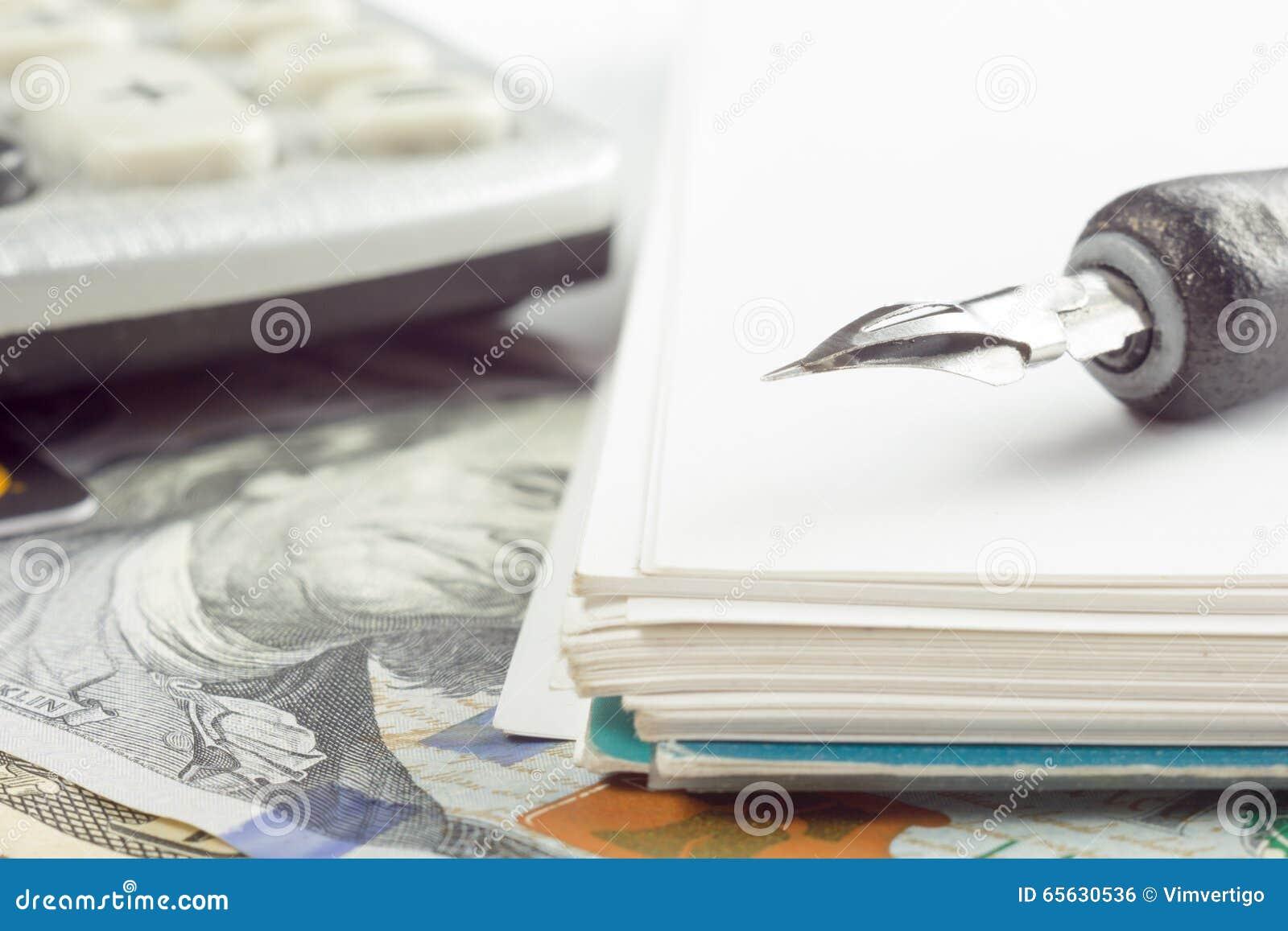 Stylo de plan rapproché d analyse de marché boursier de comptabilité financière, argent de carte de crédit