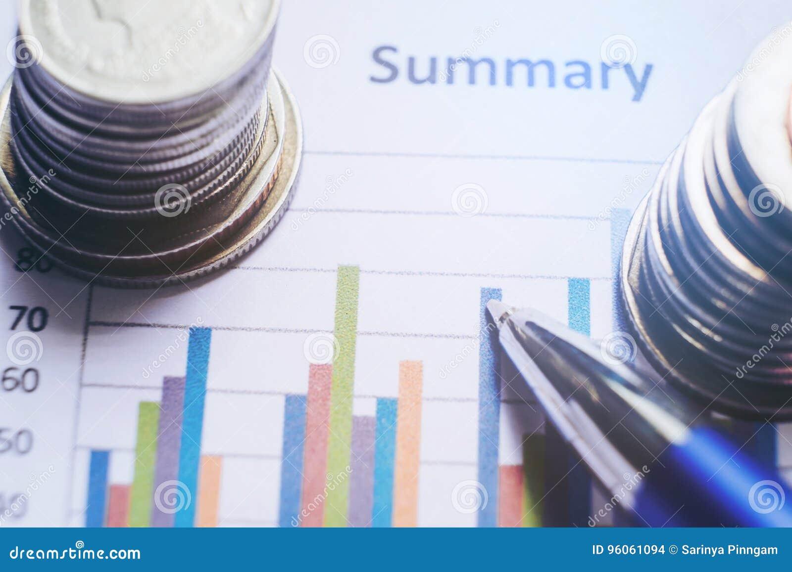 Stylo et pièce de monnaie de analyse financiers de concept et sur le rapport de papier