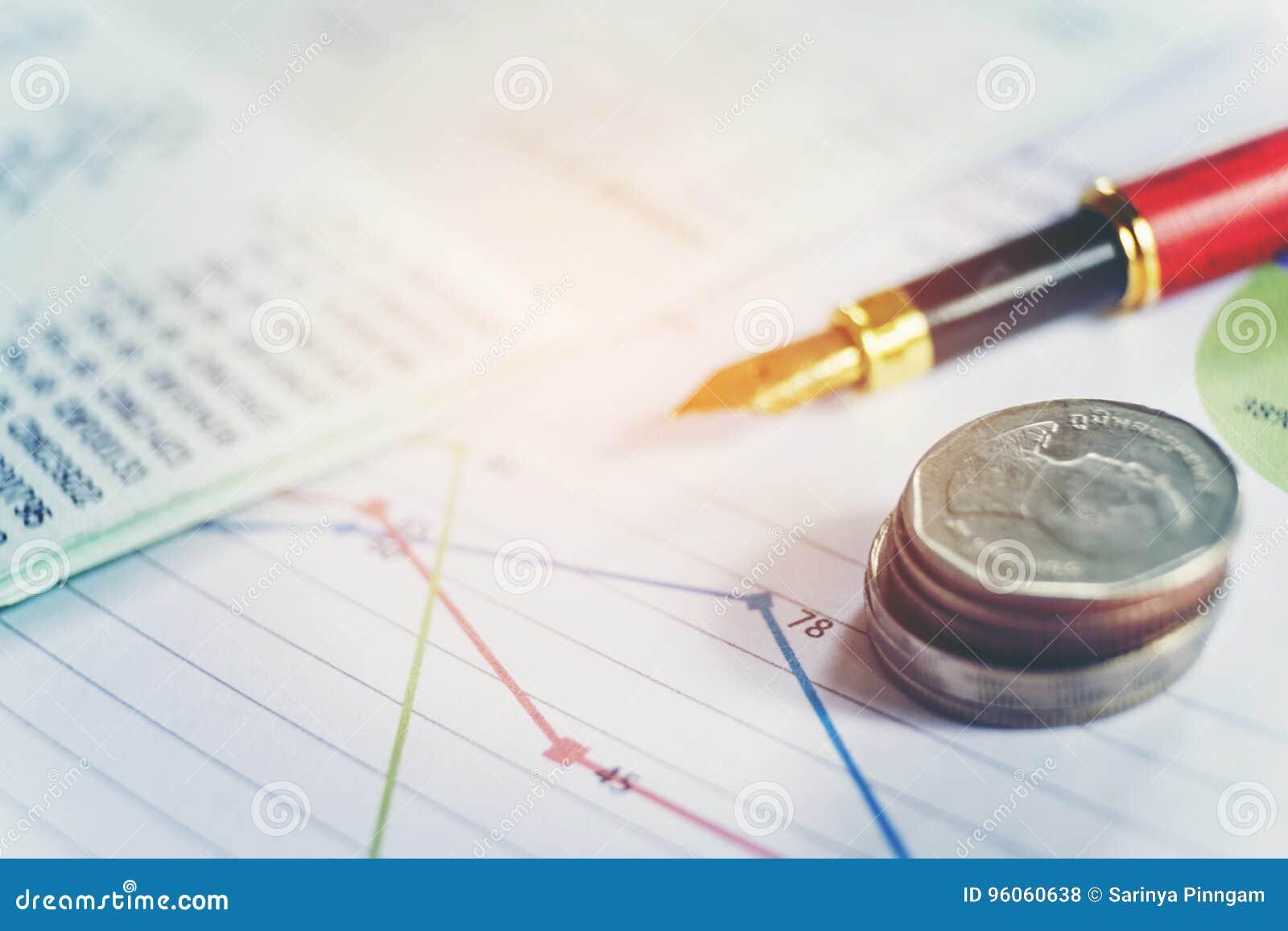 Stylo et pièce de monnaie sur le papier d affaires Rapportez le diagramme