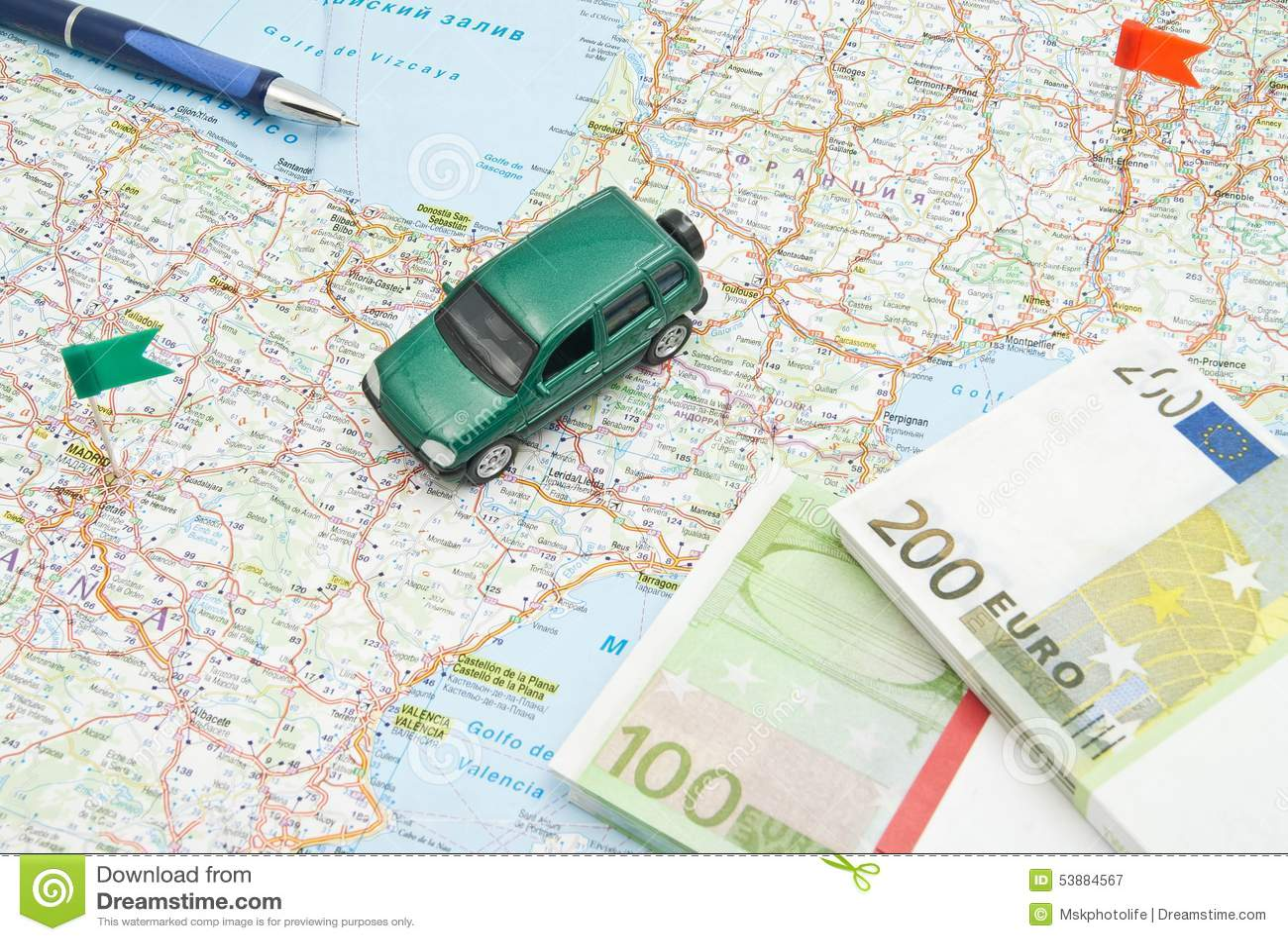 stylo notes et voiture verte sur la carte image stock image du europ en sens 53884567. Black Bedroom Furniture Sets. Home Design Ideas