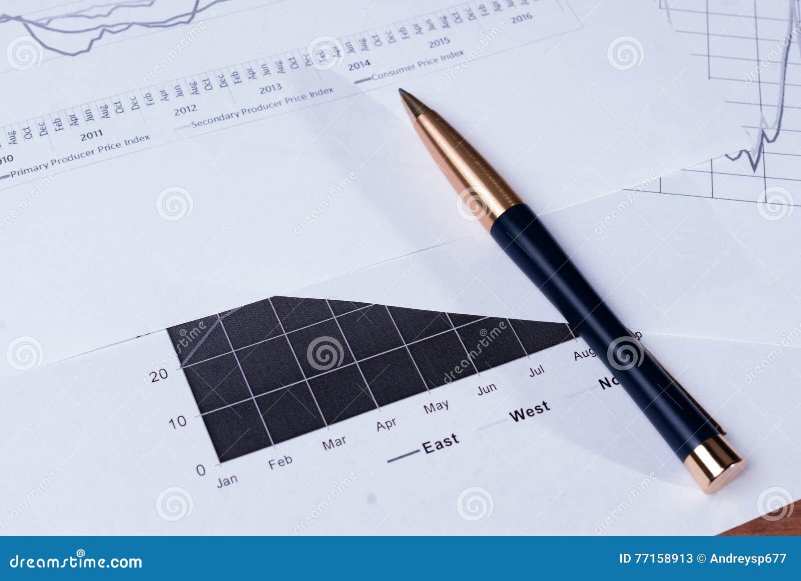 Stylo se trouvant sur diagrammes financiers