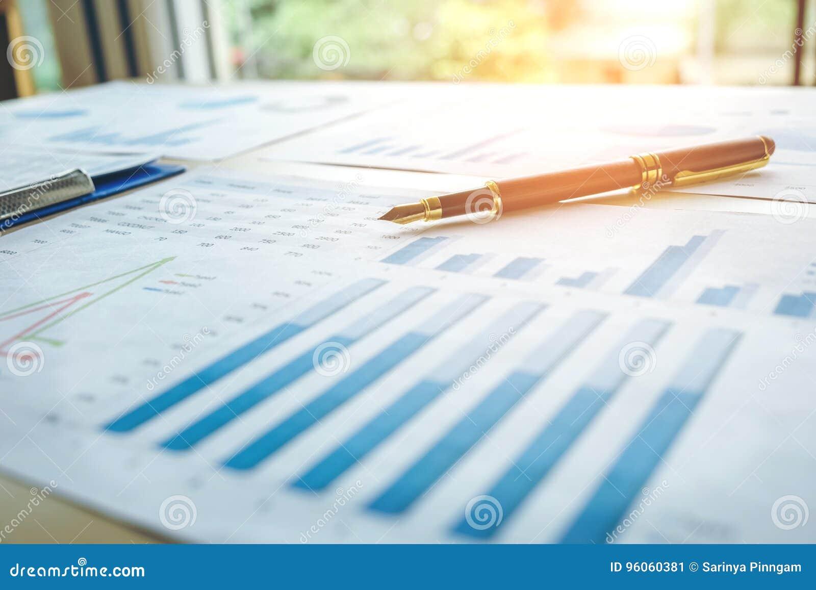 Stylo sur le papier d affaires Rapportez le diagramme