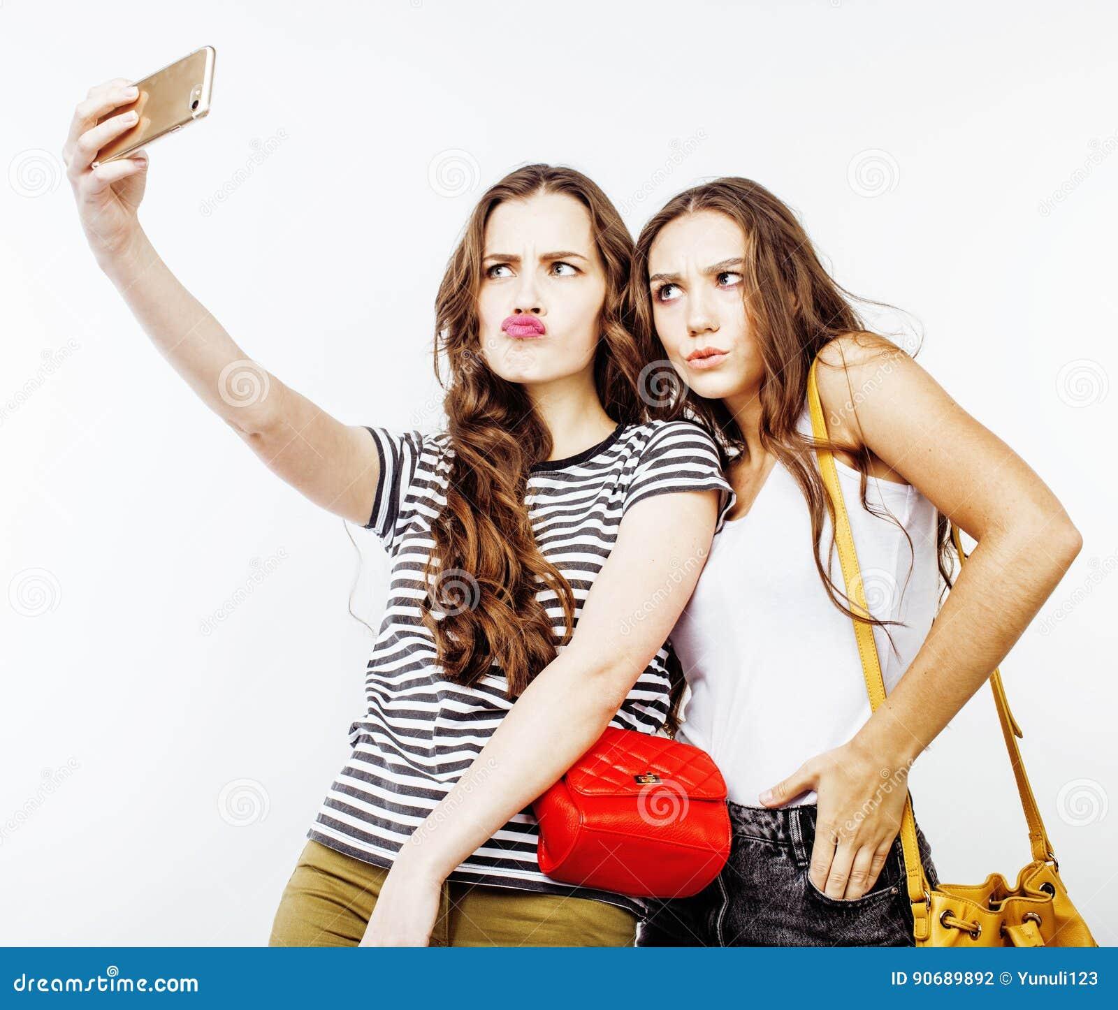Stylu życia pojęcia ludzie: dwa dosyć eleganckiego nowożytnego modnisia nastoletnia dziewczyna ma zabawę wpólnie, szczęśliwy ono