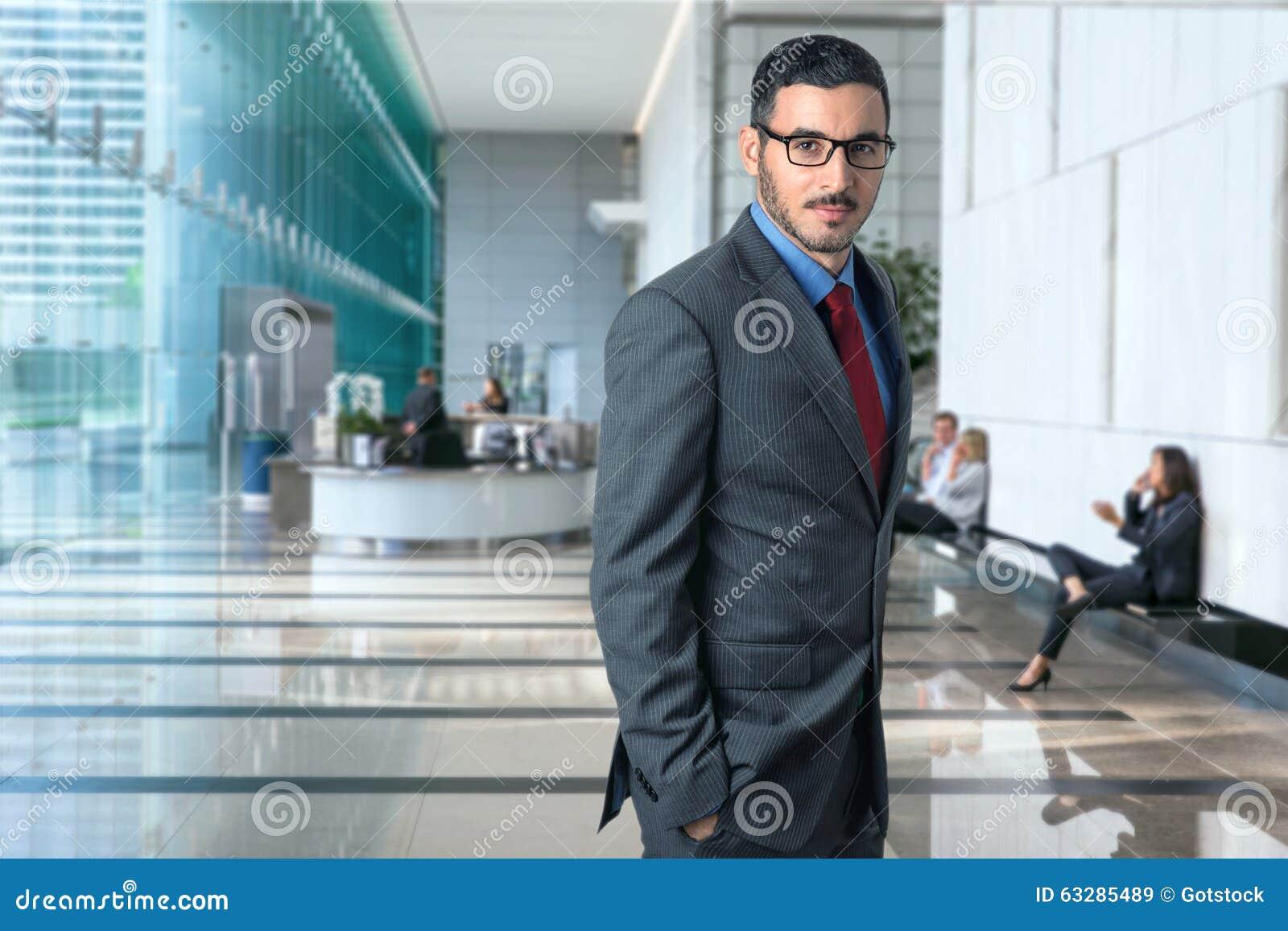 Stylu życia portret nowożytny wykonawczy fachowy biznesmena adwokata prawnik w biznesowego biura eleganckim stylu ufnym