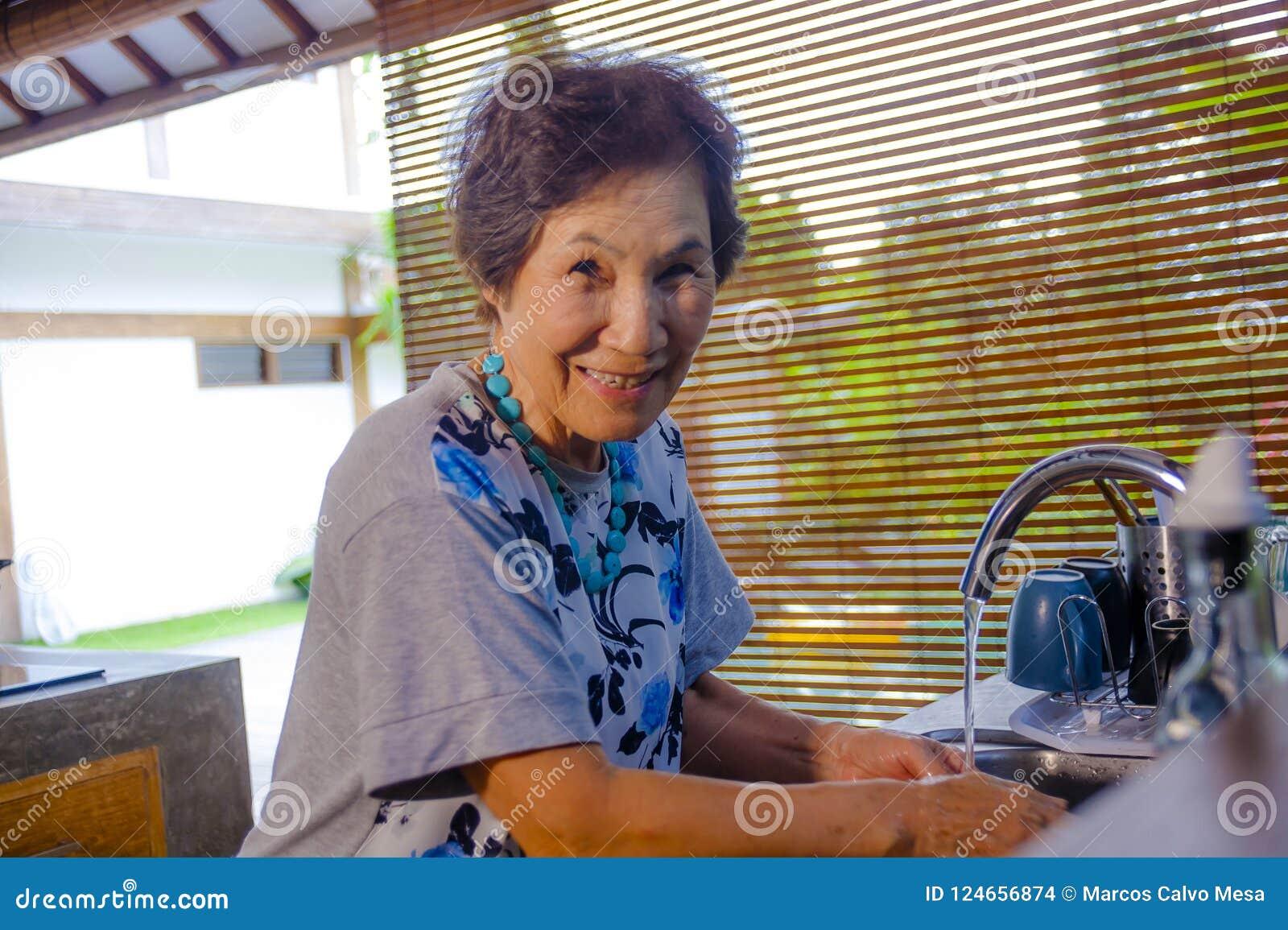Stylu życia portret starszy szczęśliwy i słodki Azjatycki japończyk przechodzić na emeryturę, kobieta gotuje w domu kuchenny samo