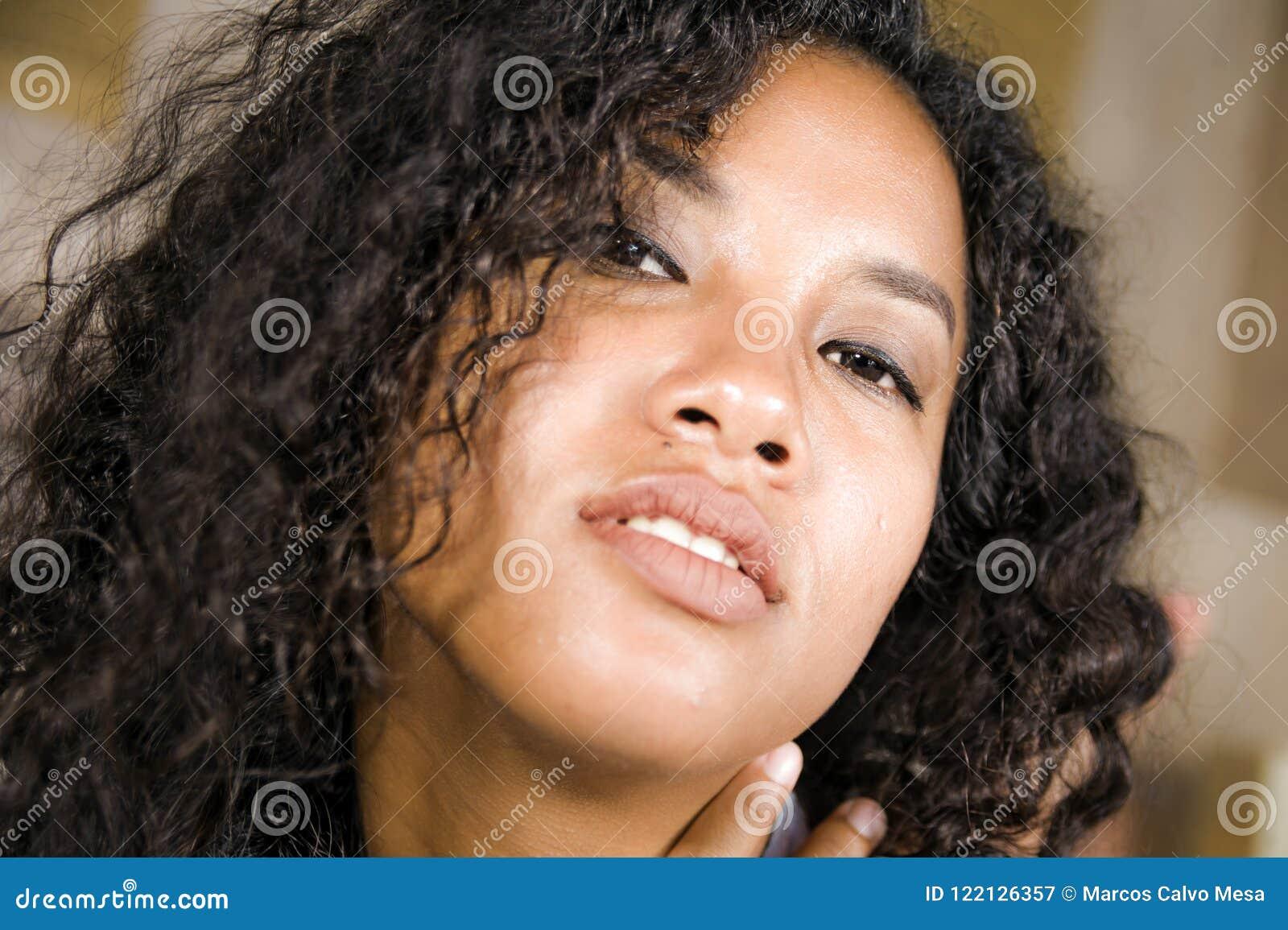 Stylu życia zamknięty up kierowniczy portret młody piękny, seksowny mieszany pochodzenie etniczne i