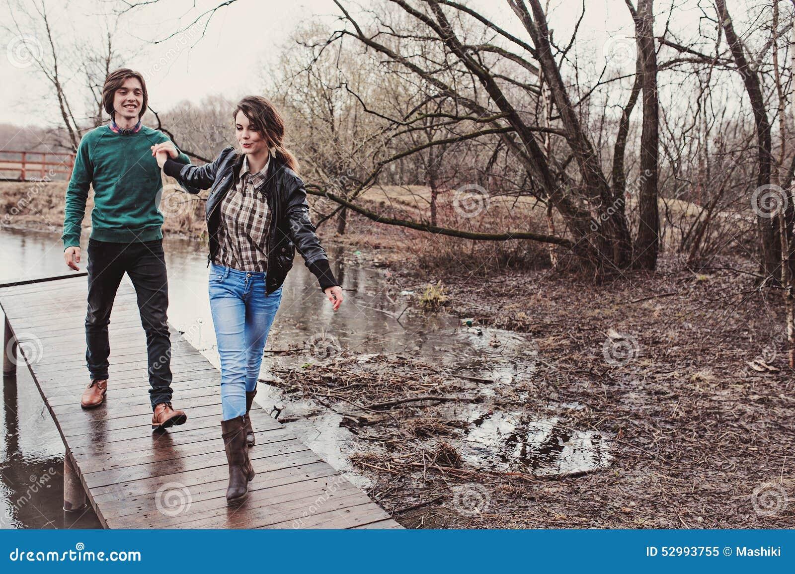 Stylu życia zamknięty up plenerowy portret młody szczęśliwy kochający pary odprowadzenie w wczesnej wiośnie