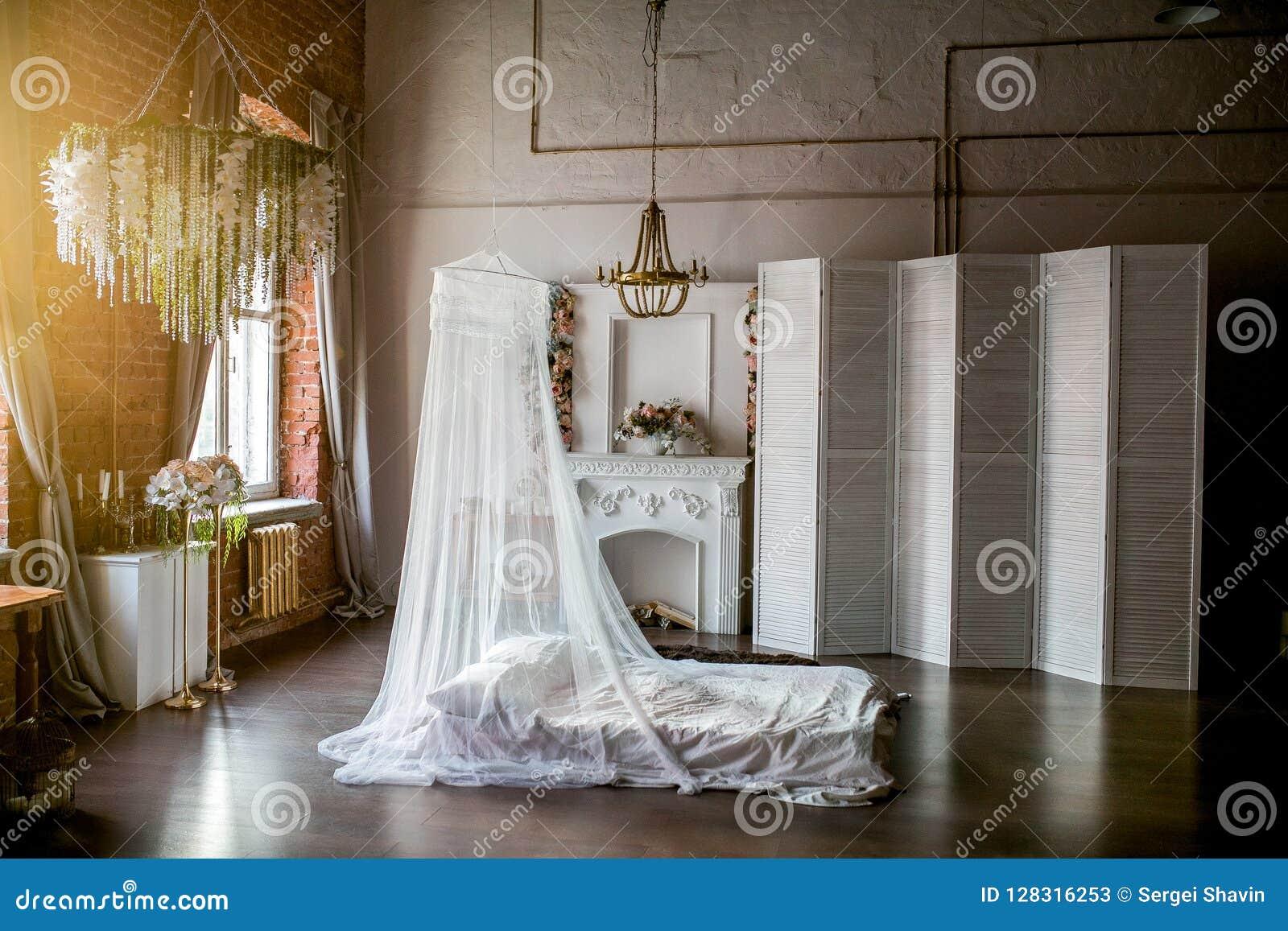 Stylu pokój z łóżkiem, baldachim, biała graba z kwiatu przygotowania, biały ekran, kwiatu świecznik na pogodnym