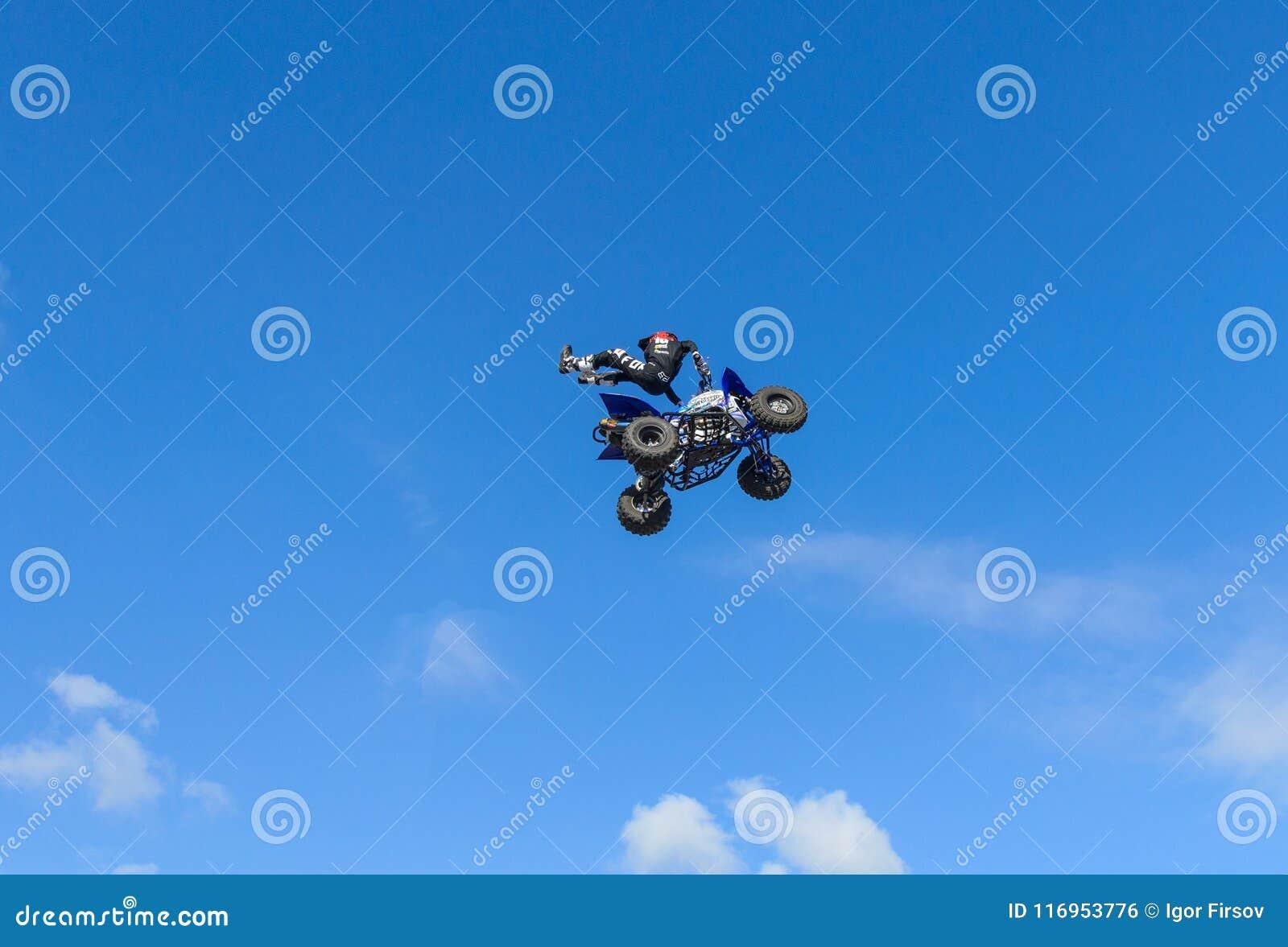 Stylu wolnego kwadrata roweru pilot robi skokowi z wysokim skokiem z sztuczką