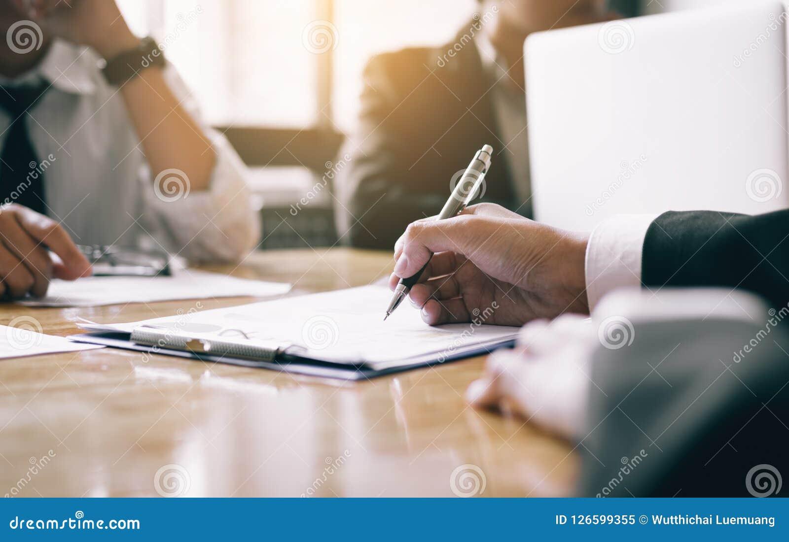 Styrelse med nego för papper för handstil för personalresursaffärsfolk