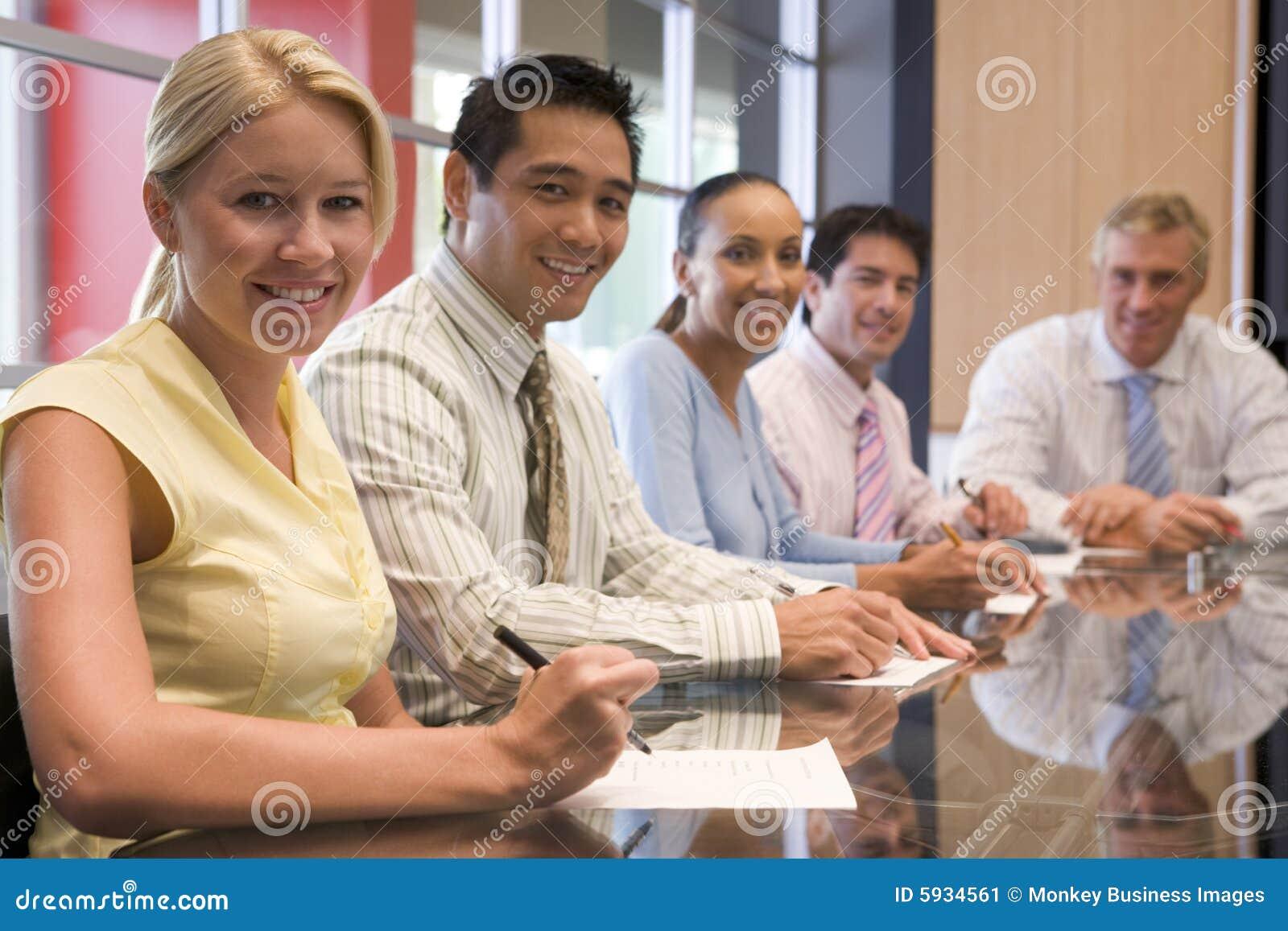 Styrelsebusinesspeople fem som ler
