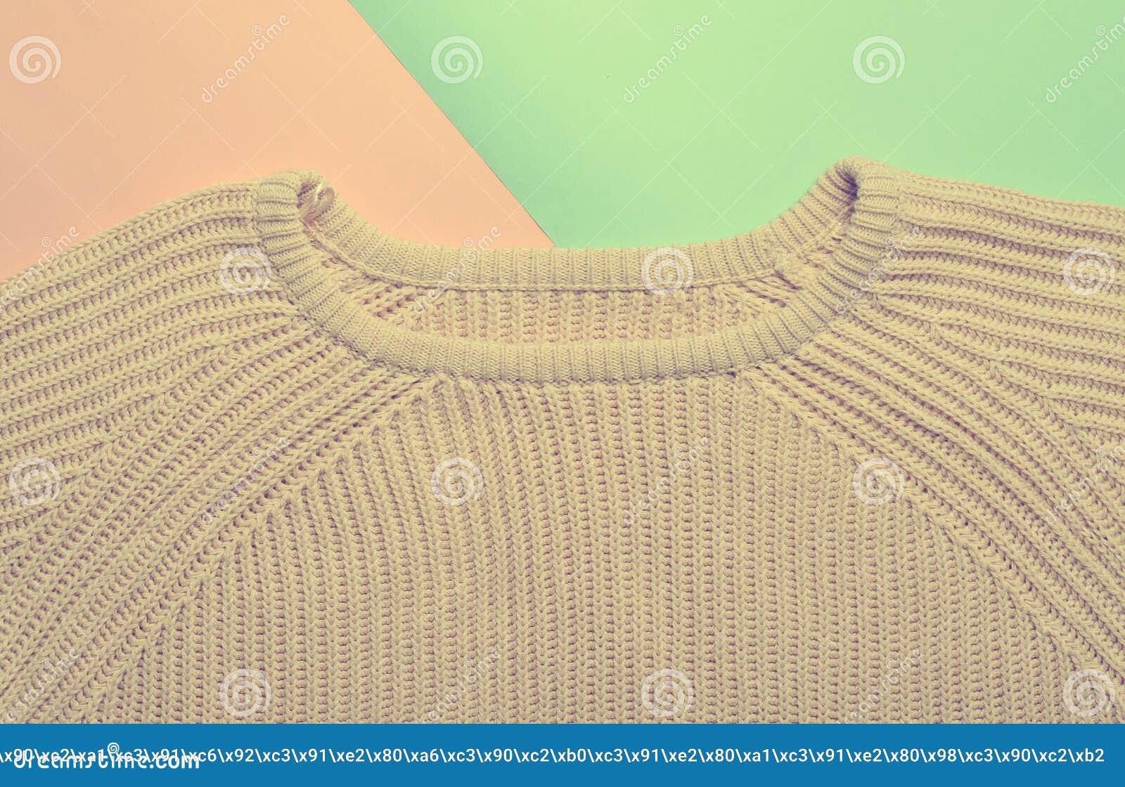 Suéter femenino color carne en un fondo en colores pastel azul rosado 539d3c3e199