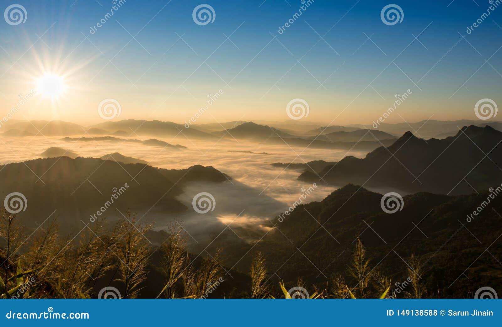 Su una montagna fredda, mattina impressionante