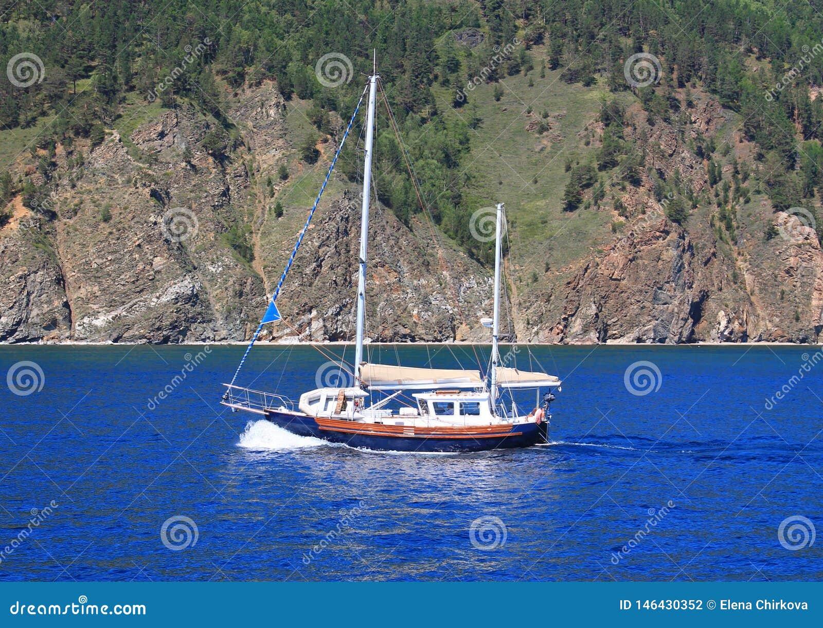 Su una superficie blu regolare del lago Baikal di una montagna con un cielo blu