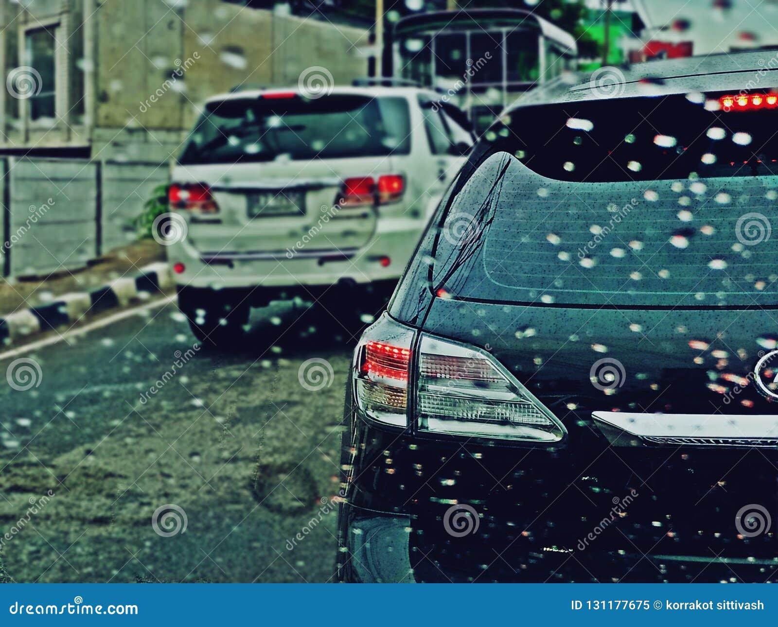 Suan Luang, THAILAND - 10. November 2018: Verkehr am regnerischen Tag auf den Straßen- und Regentropfen auf Autofenster mit Rücks