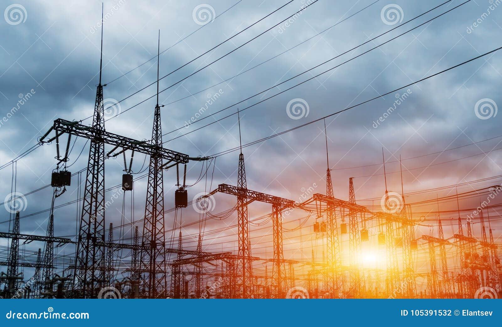 Subestação elétrica da distribuição com linhas elétricas e transformadores