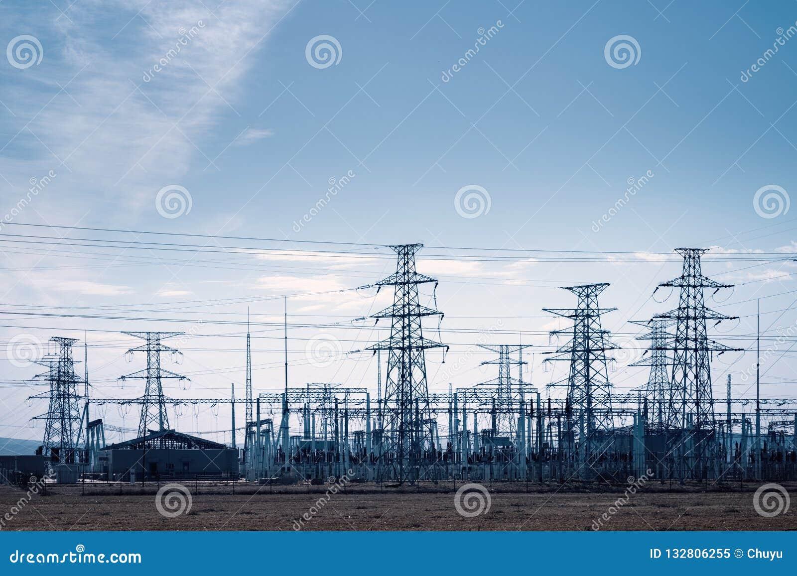 Subestación del transformador y distribución de torres eléctricas