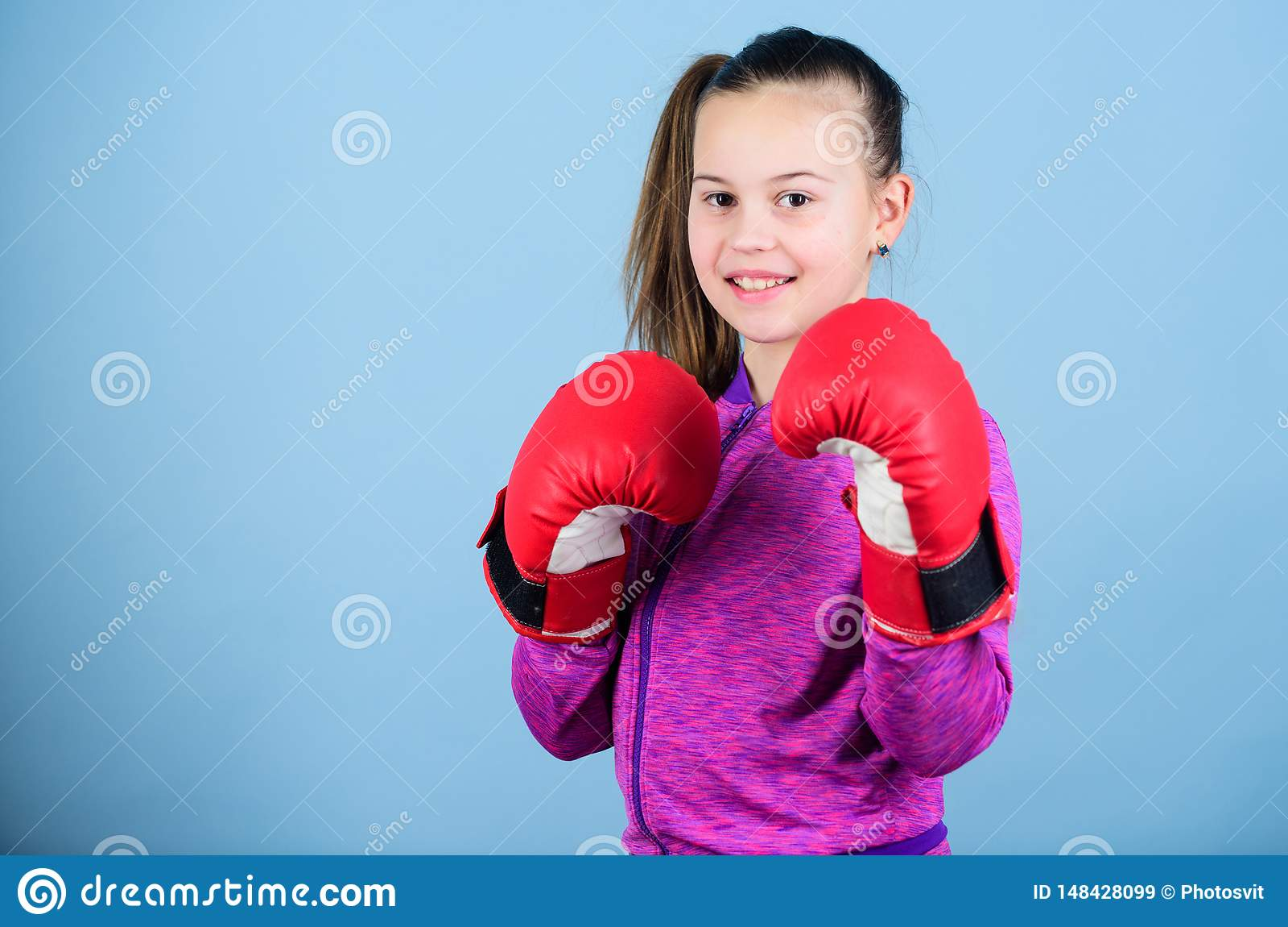 Subida de boxeadores de las mujeres Boxeador lindo de la muchacha en fondo azul Con gran potencia viene la gran responsabilidad C