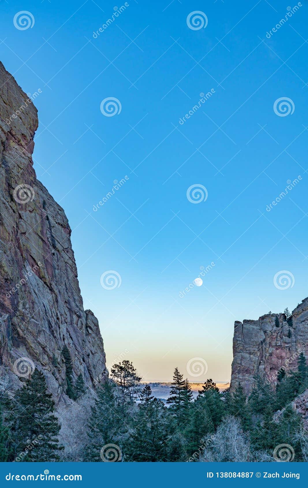 Subida de la luna sobre el barranco de Eldorado