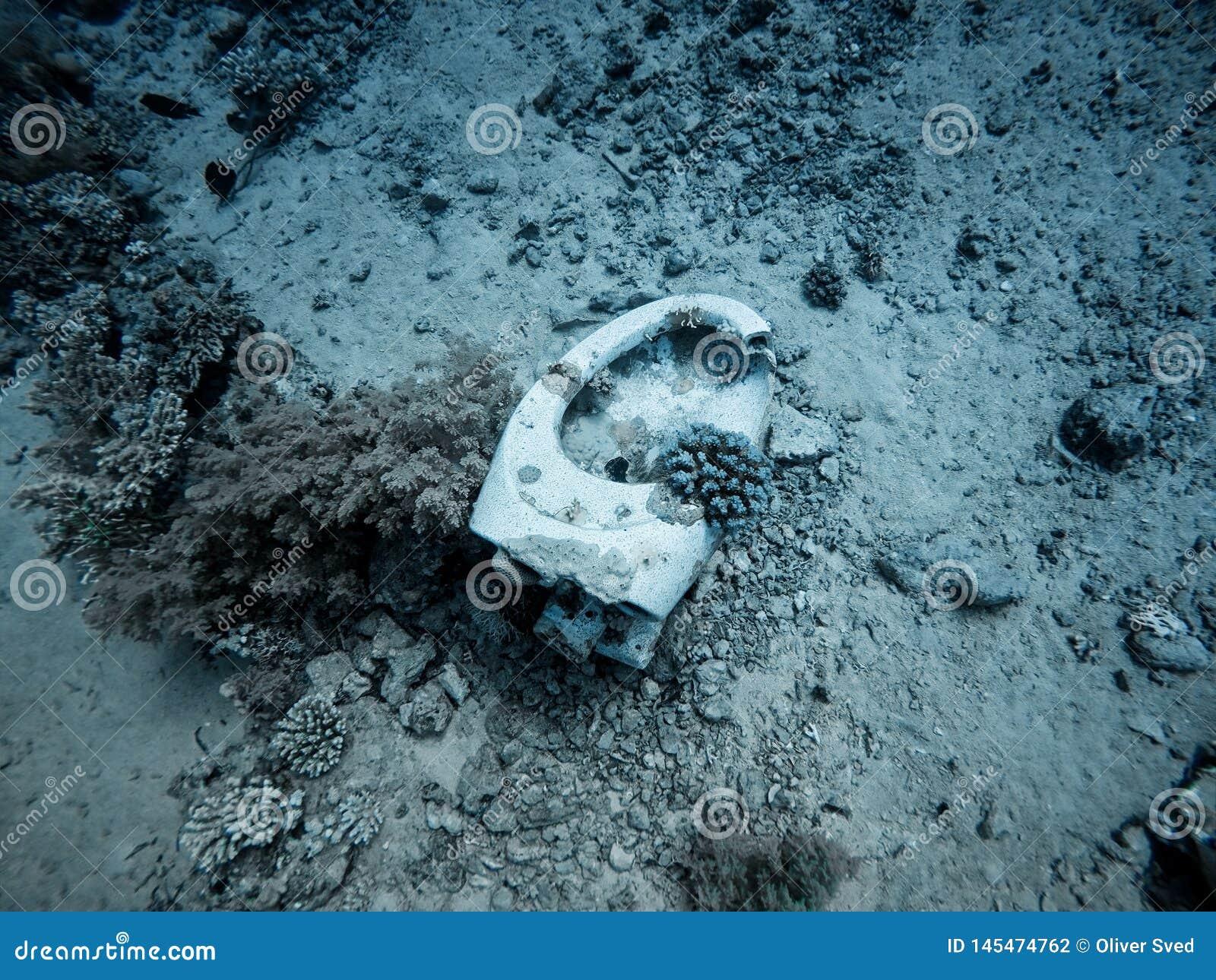 Submarino del retrete en el mar
