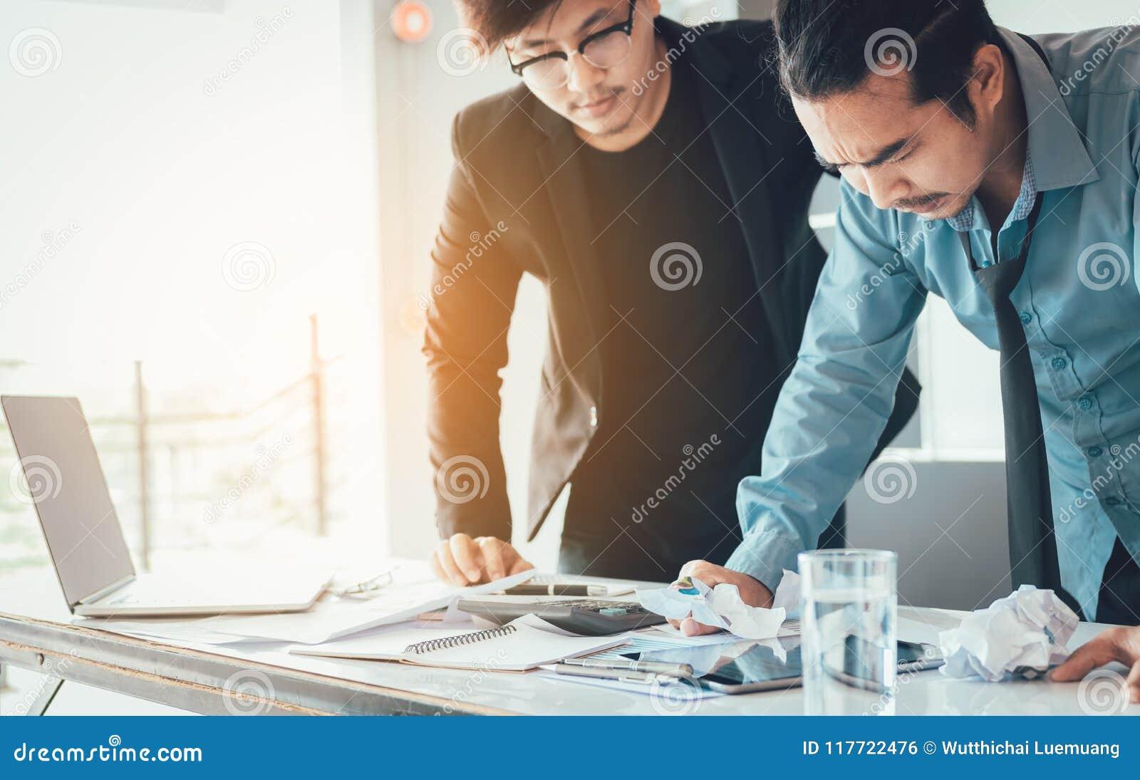 Subrayan a los hombres de negocios sobre su trabajo en la oficina