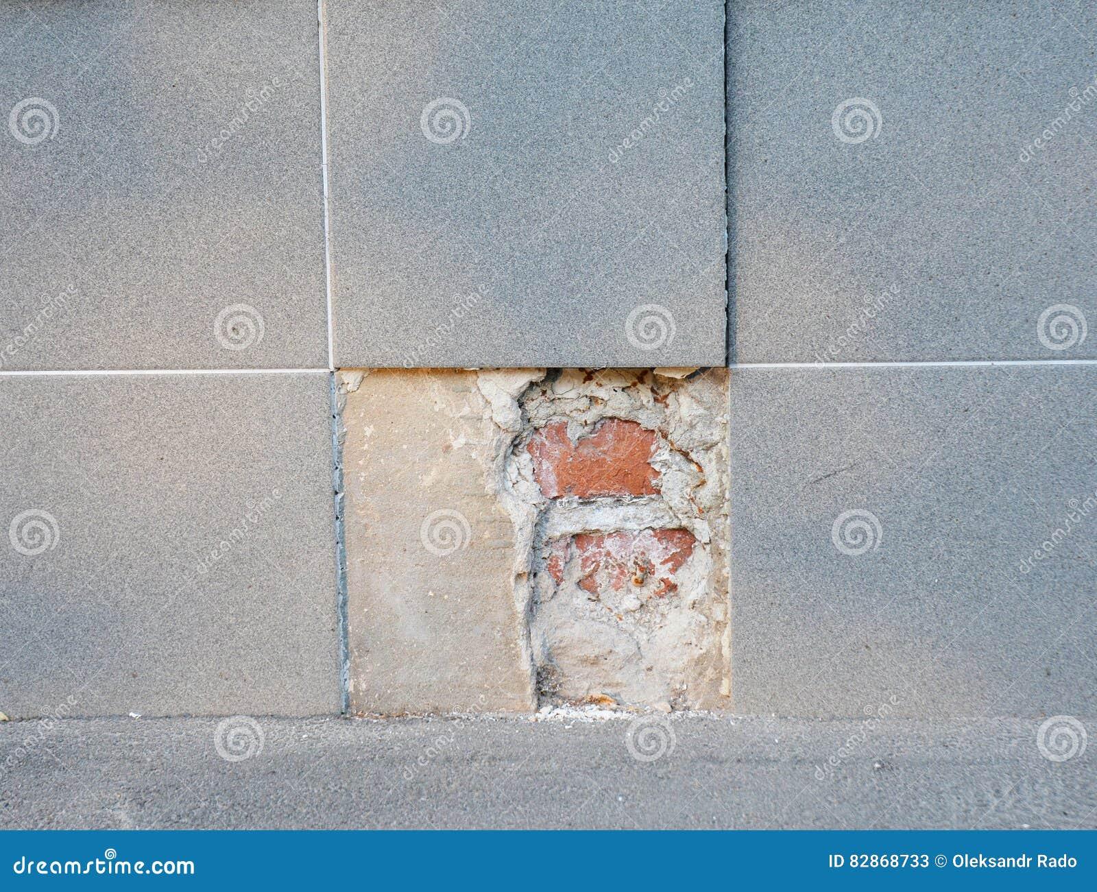 Substitua parcelas de revestimento quebrado da telha da porcelana Substitua o assoalho de telha velho do banho com a telha nova d