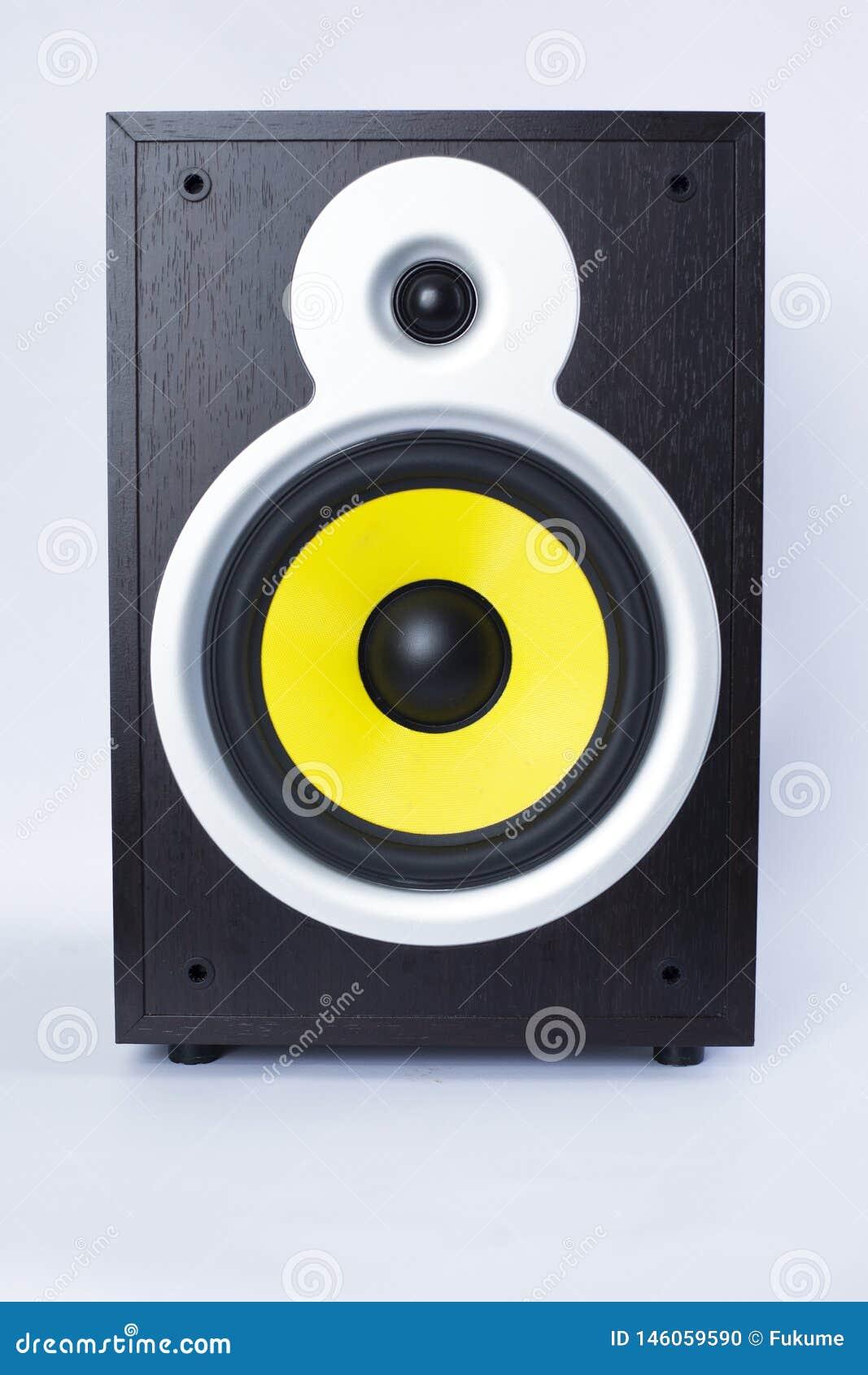 Subwoofer grande com o orador amarelo no fundo branco, música alta