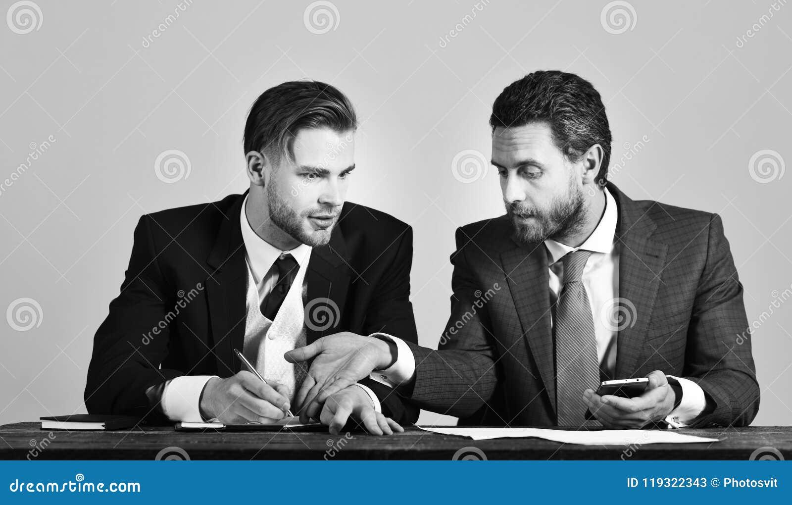 Succès, appui, concept d association L homme d affaires consulte l expert financier ayant le visage sérieux