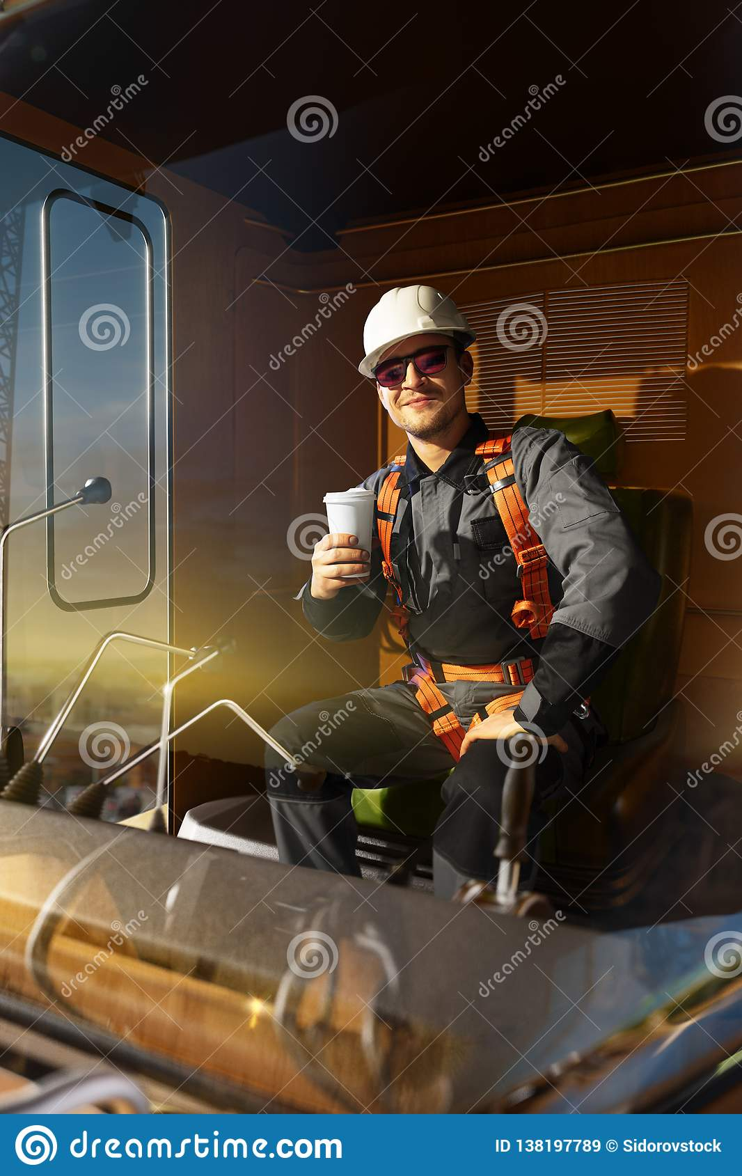 Succès heureux de sensation d ingénieur après bon travail Il reposent un dessus dans la cabine de grue boivent le café chaud et s