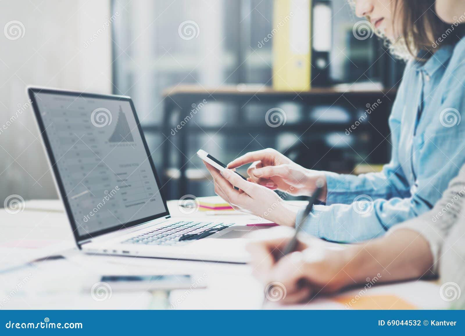 Succes команды Экипаж дела фото молодой работая с новым startup проектом тетрадь на деревянной таблице Проанализируйте руки плано