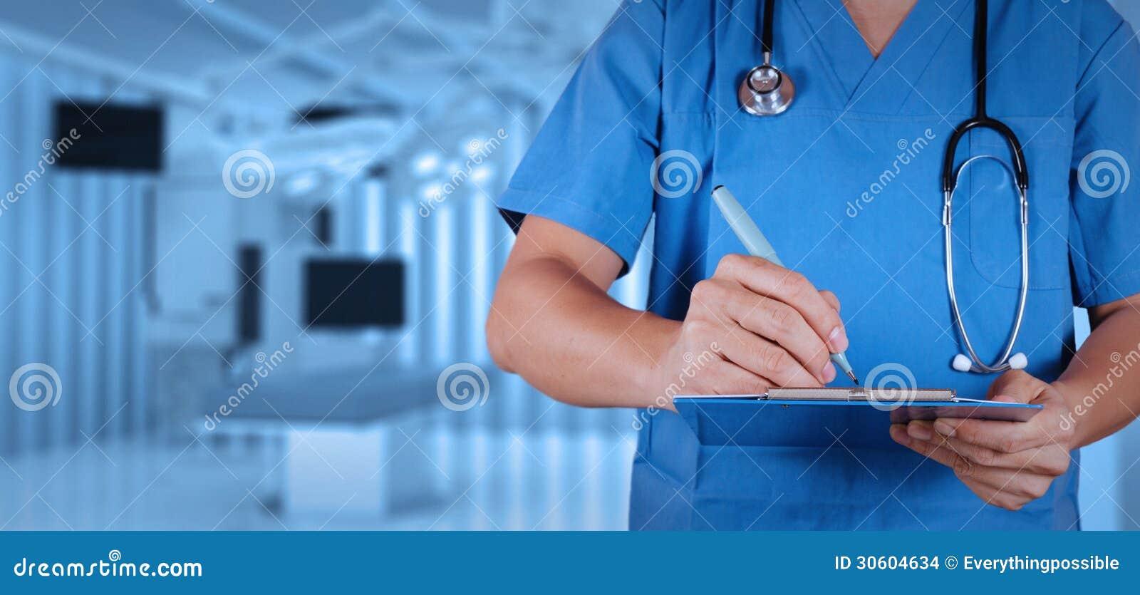 Succes slimme medische arts met werkende ruimte