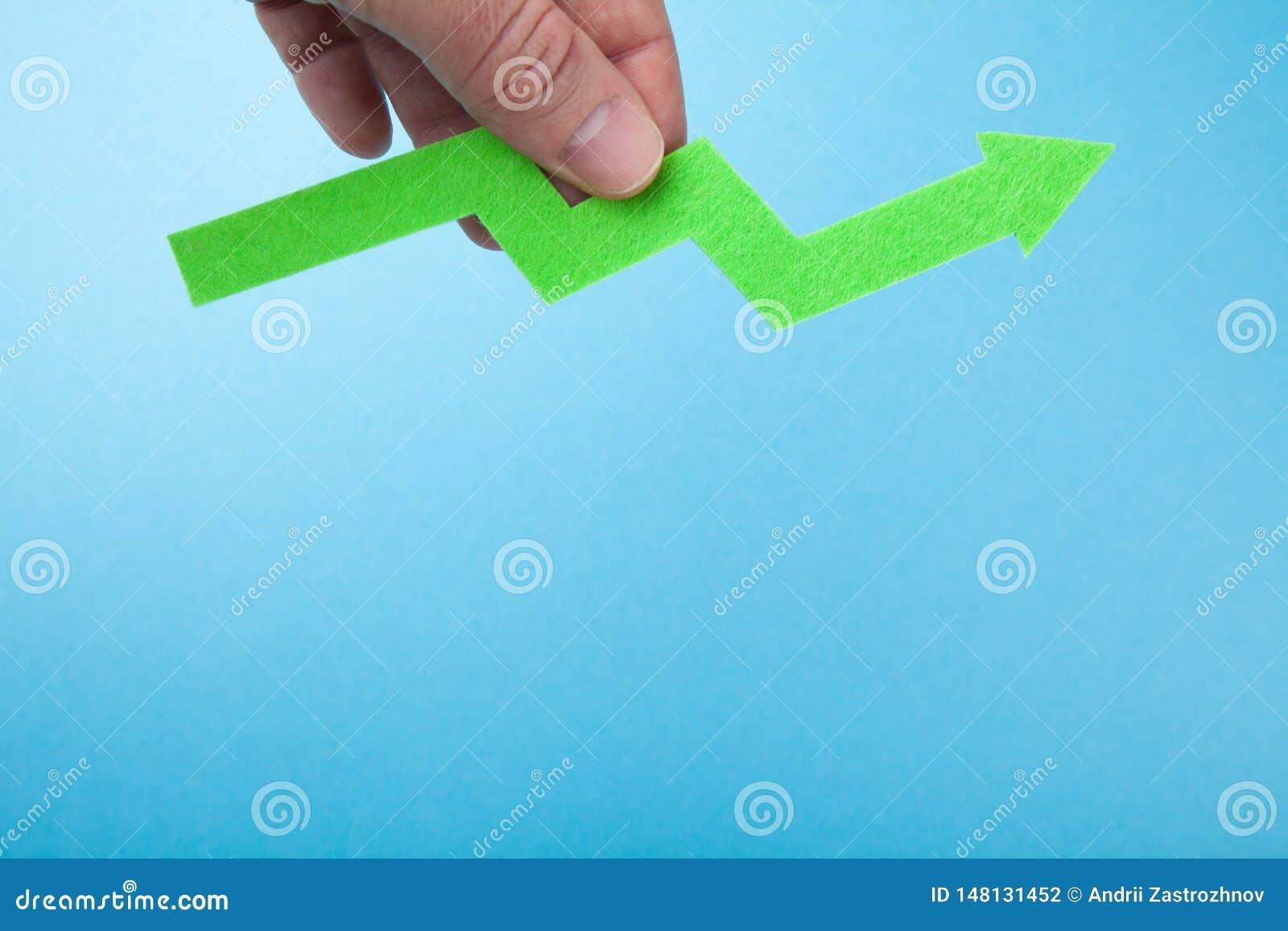 Succes in zaken, groene pijl ter beschikking De ruimte van het exemplaar