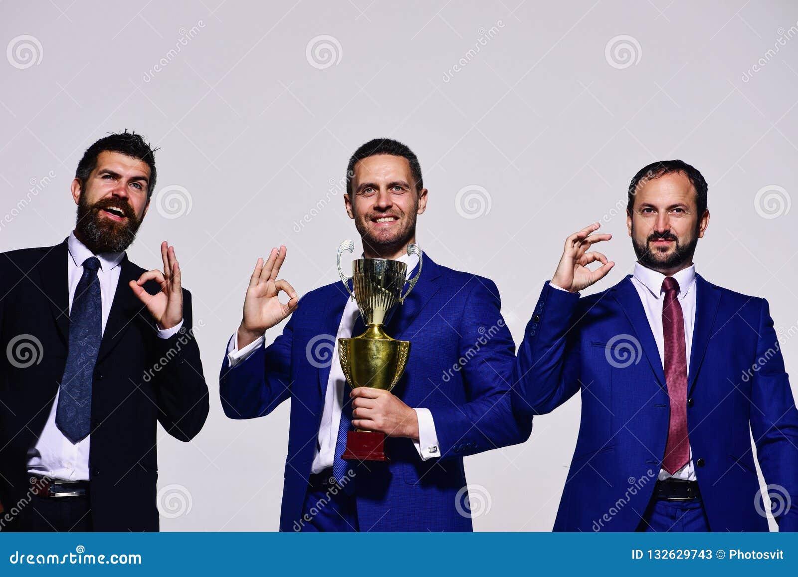 Successo di affari e concetto di vittoria I capi della società tengono il premio dorato
