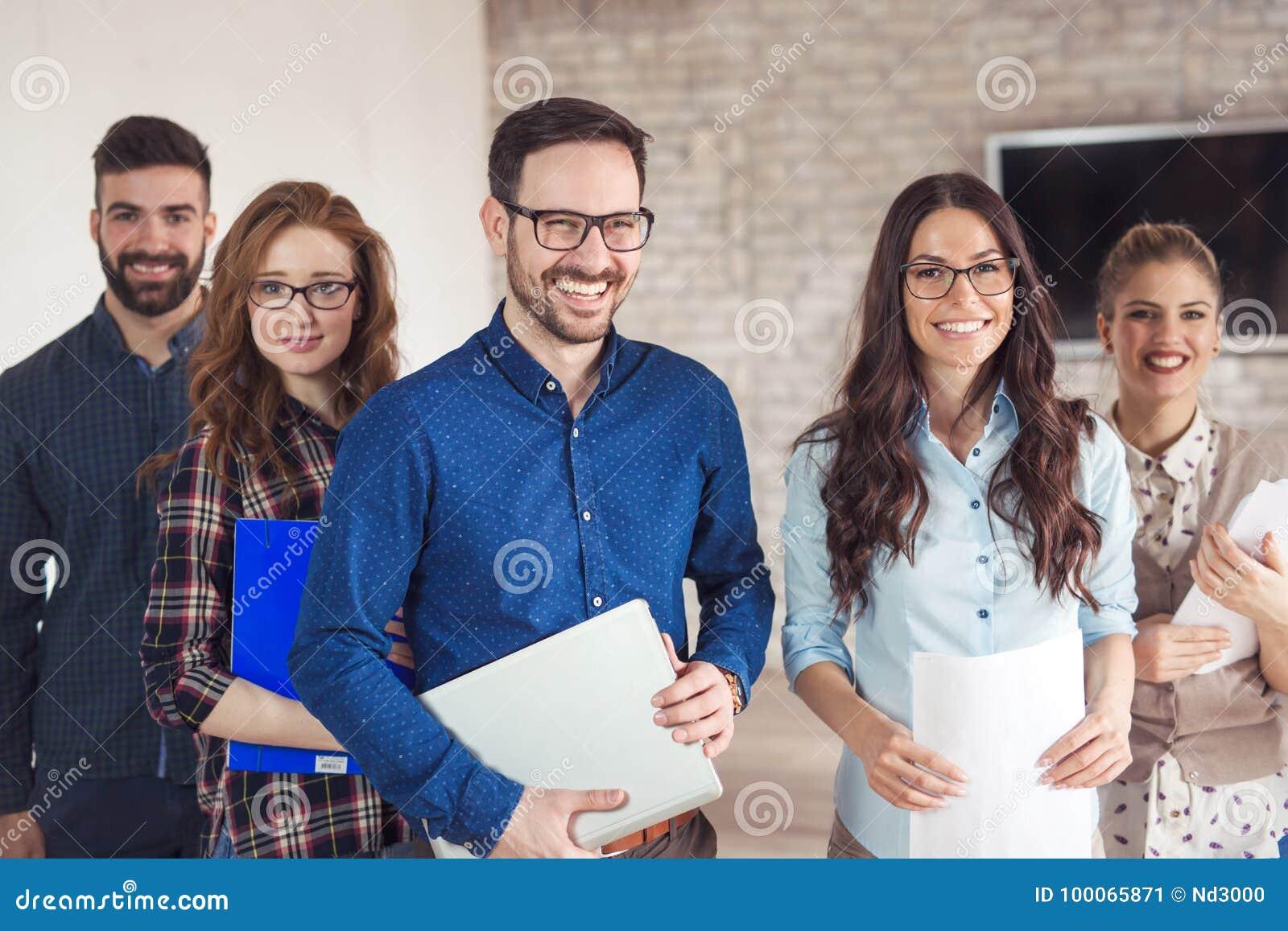Succesvol bedrijf met gelukkige arbeiders
