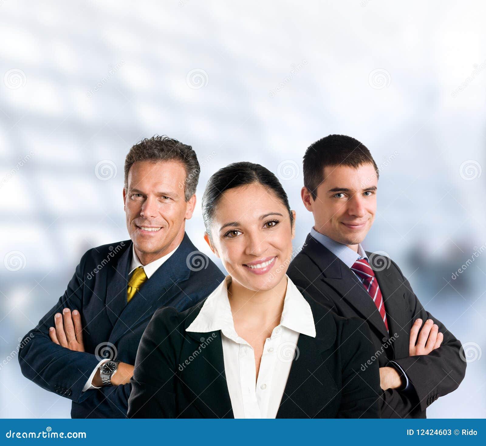 Succesvol commercieel team dat in bureau glimlacht