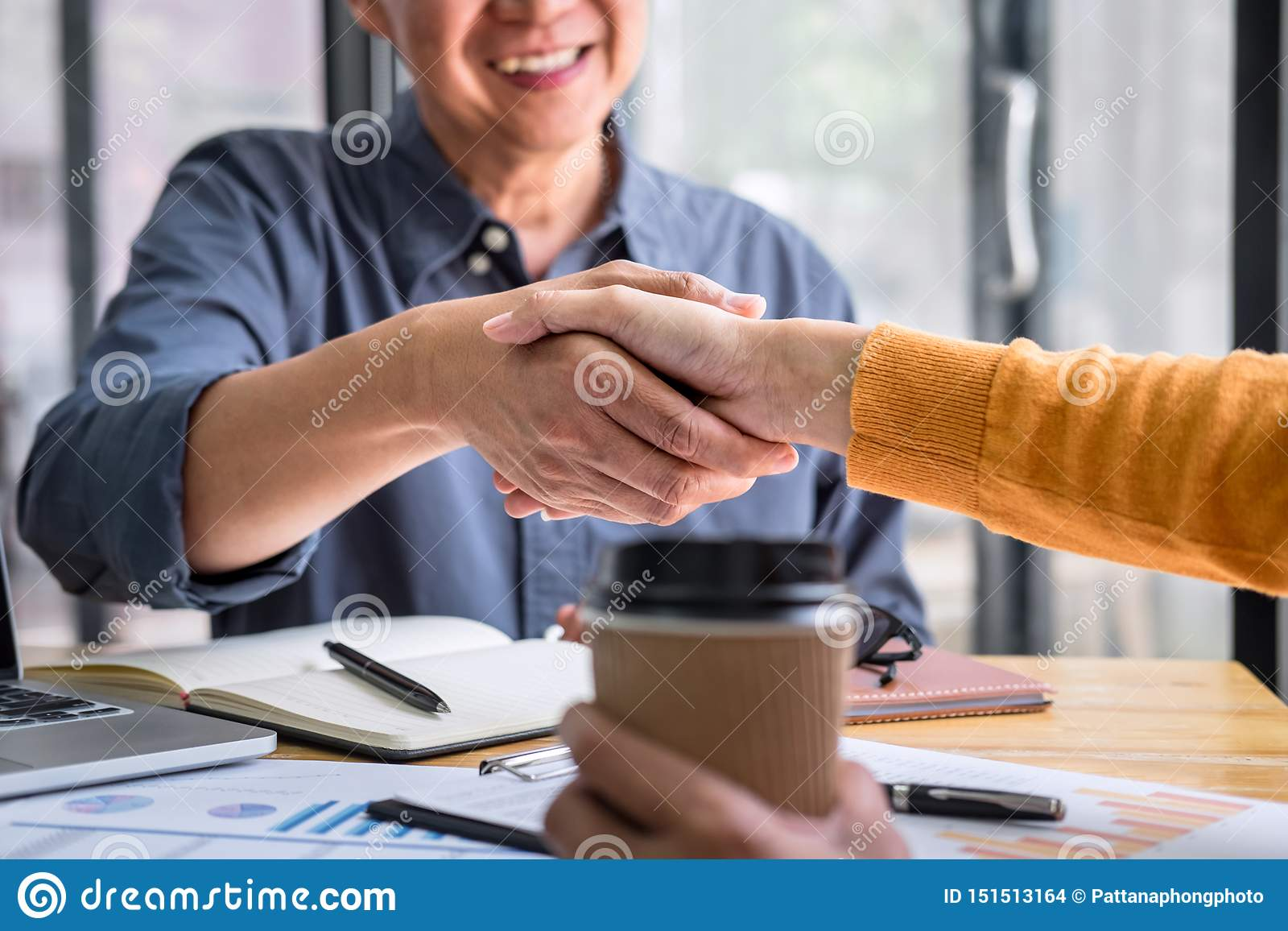 Succesvol van transactie, Bedrijfsvennootschapvergadering en handdruk na het bespreken van goede overeenkomstenovereenkomst en ge