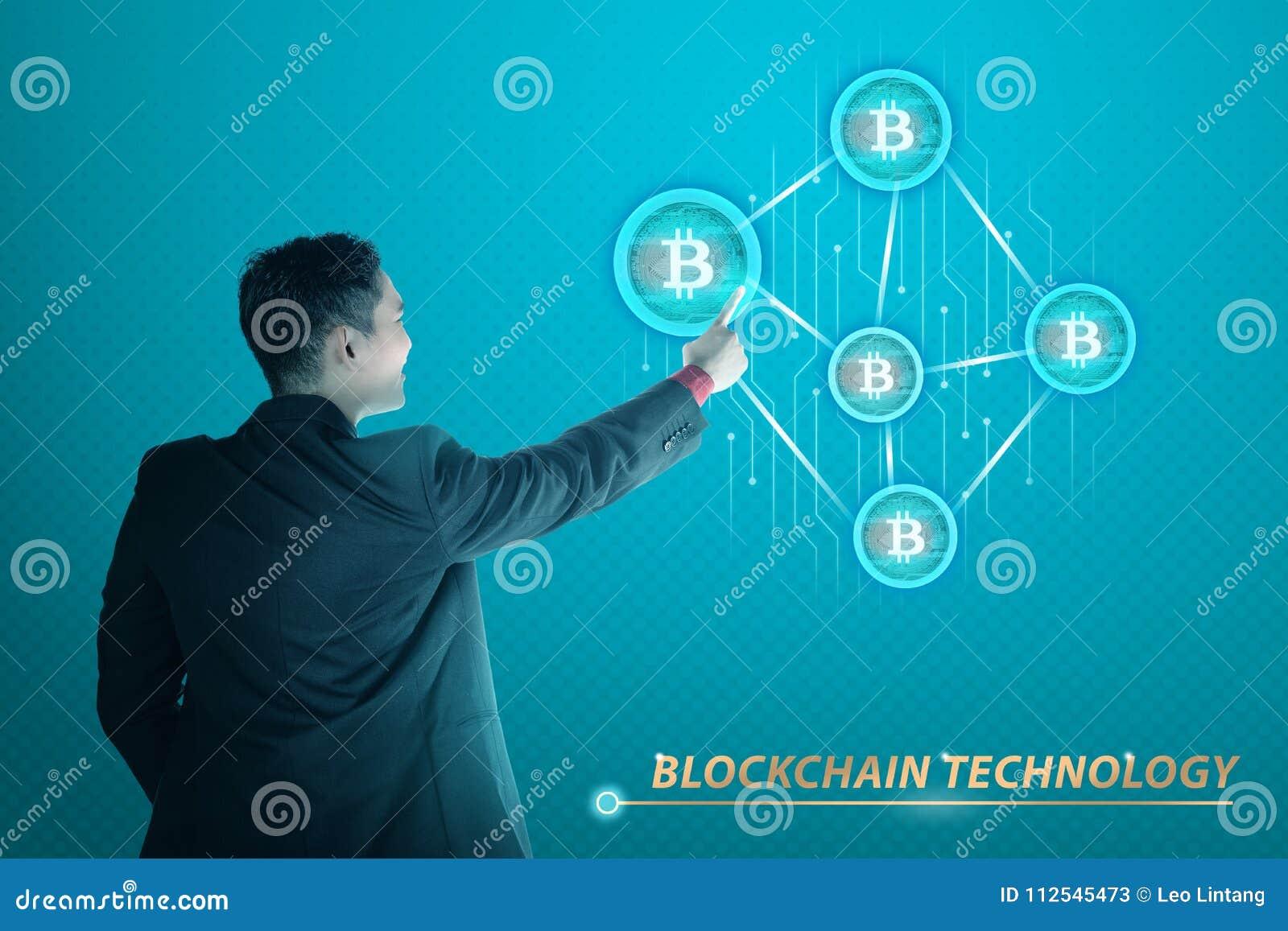 Succesvolle Aziatische zakenman wat betreft het pictogram van het bitcoinnetwerk