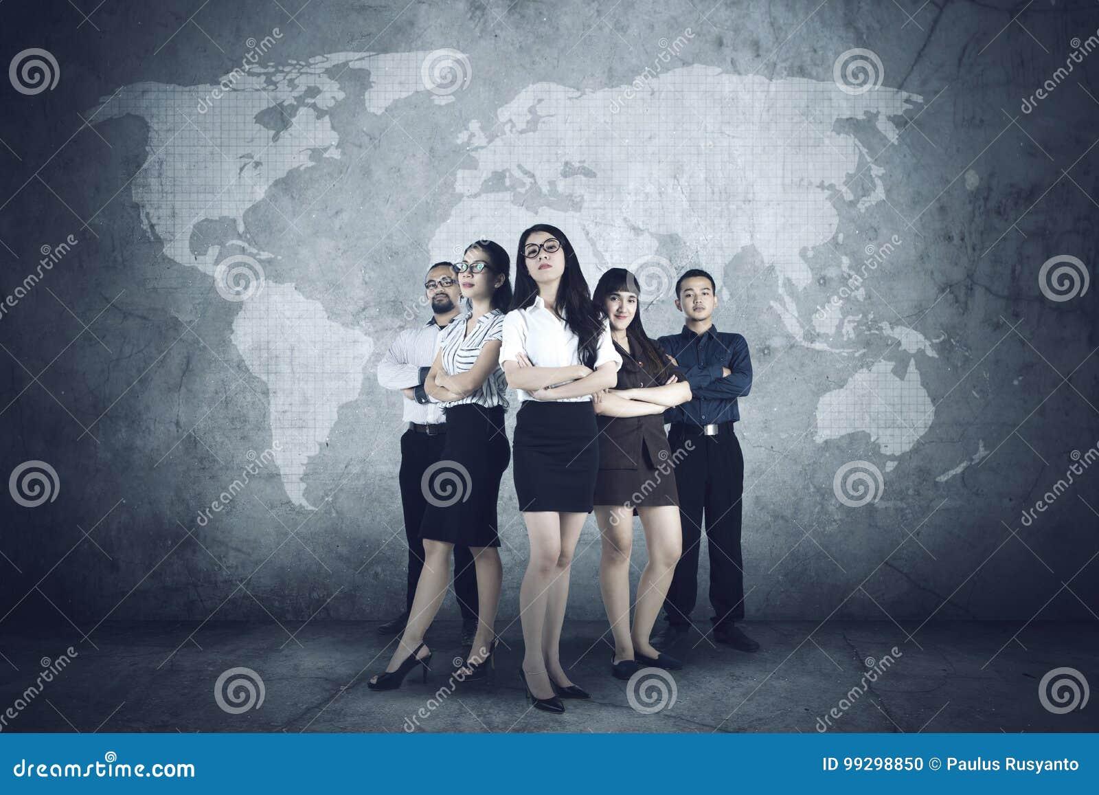 Succesvolle bedrijfsmensen met wereldkaart