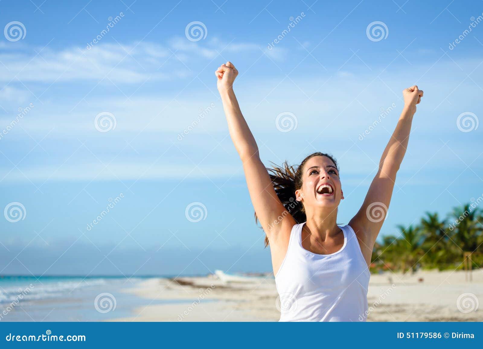 Succesvolle sportieve vrouw die bij tropisch strand lopen