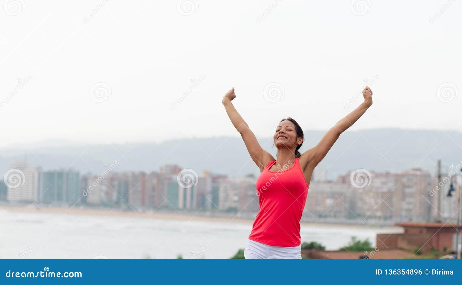 Succesvolle sportieve vrouw naar stad scape