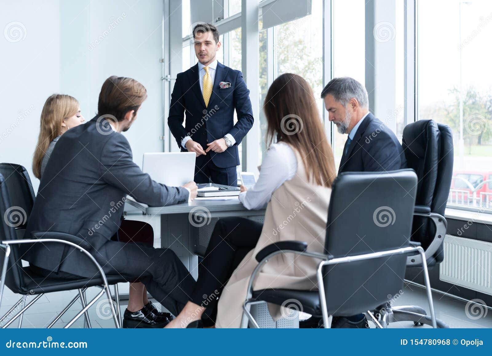 Succesvolle teamleider en bedrijfseigenaar die informele binnenshuis commerci?le vergadering leiden
