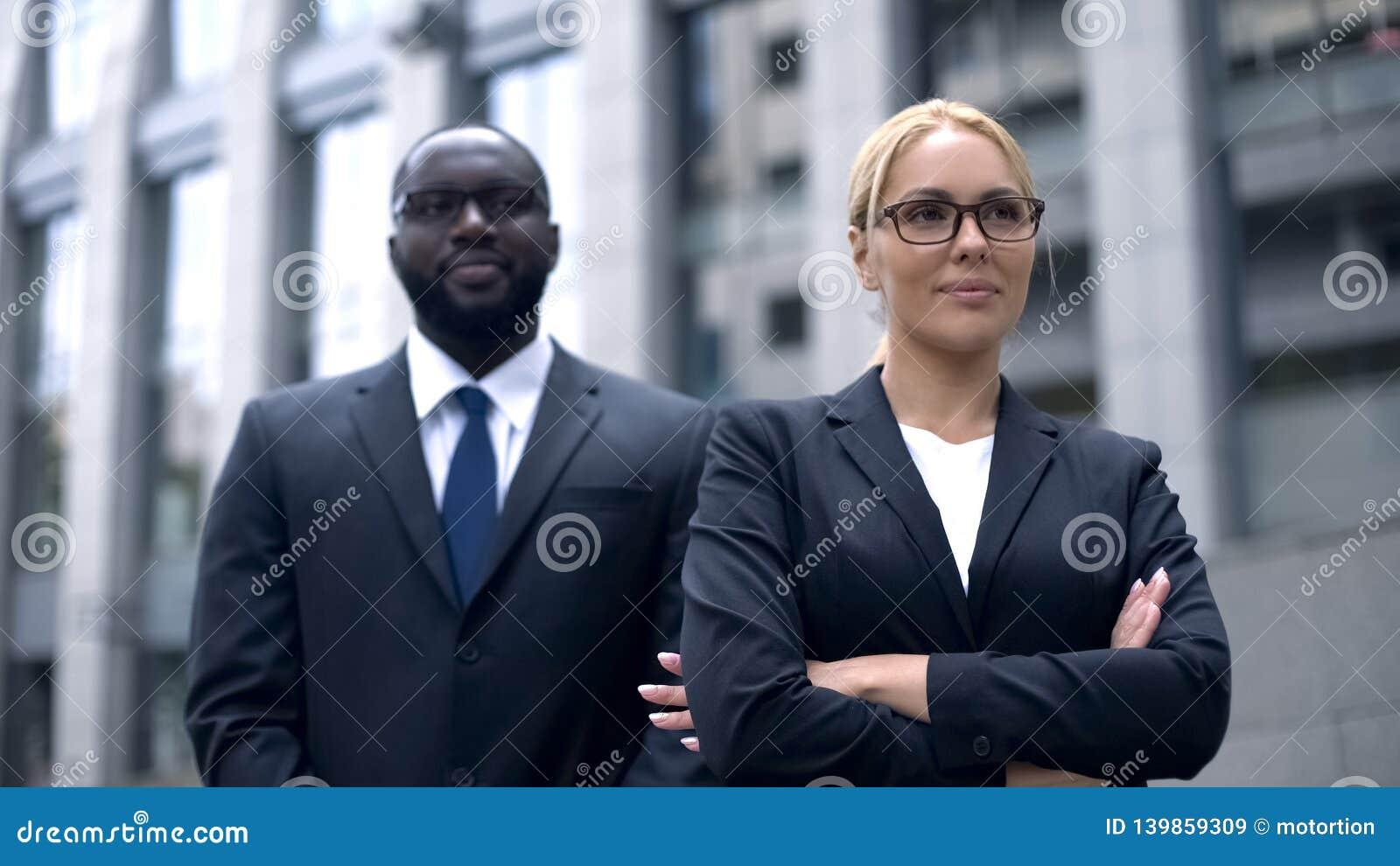 Succesvolle vrouwelijke werkgever met lijfwacht, die voelen sparen en beschermd, veiligheid