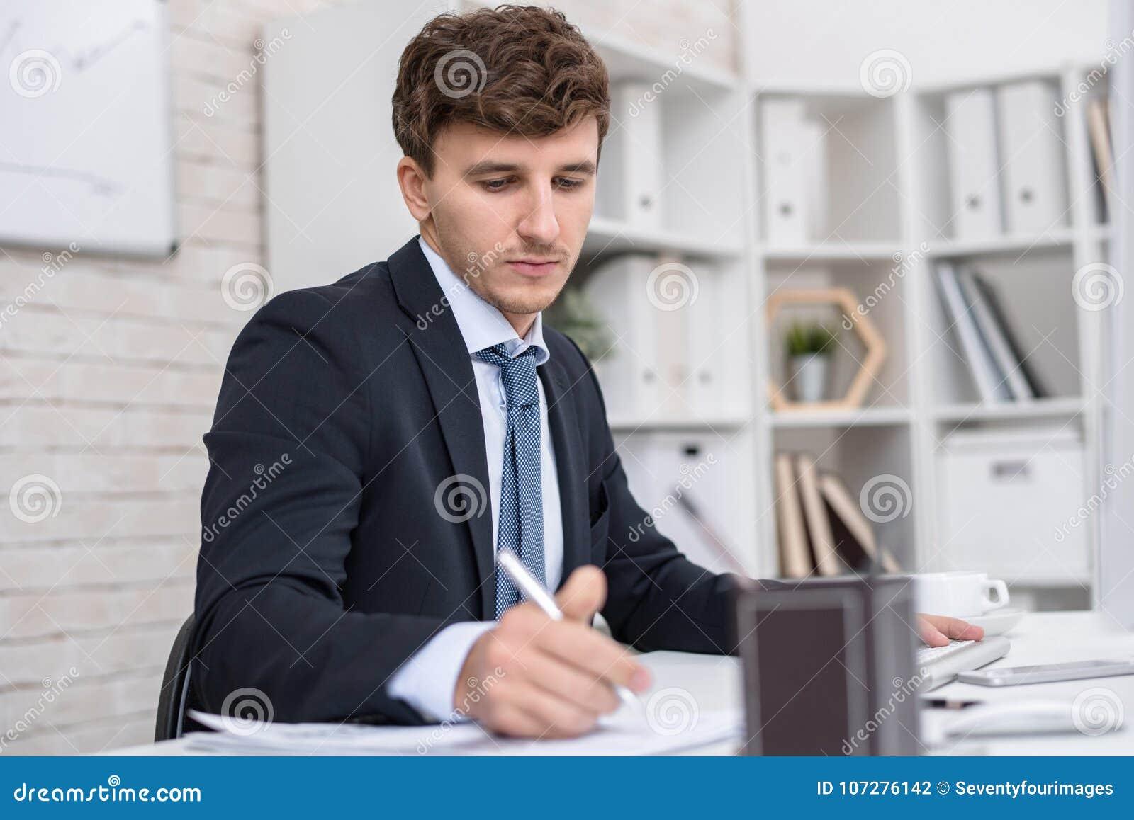 Succesvolle zakenman die in bureau werken