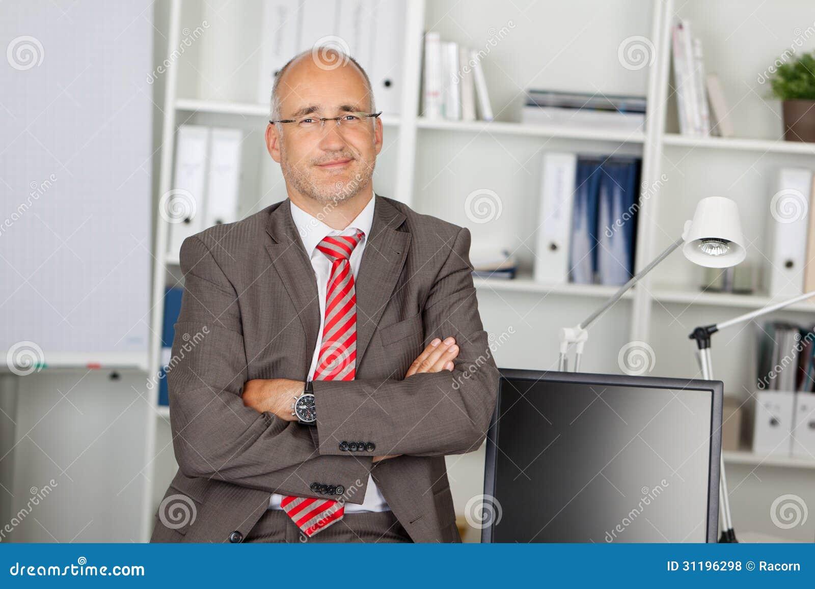 Succesvolle zakenman met gevouwen wapens