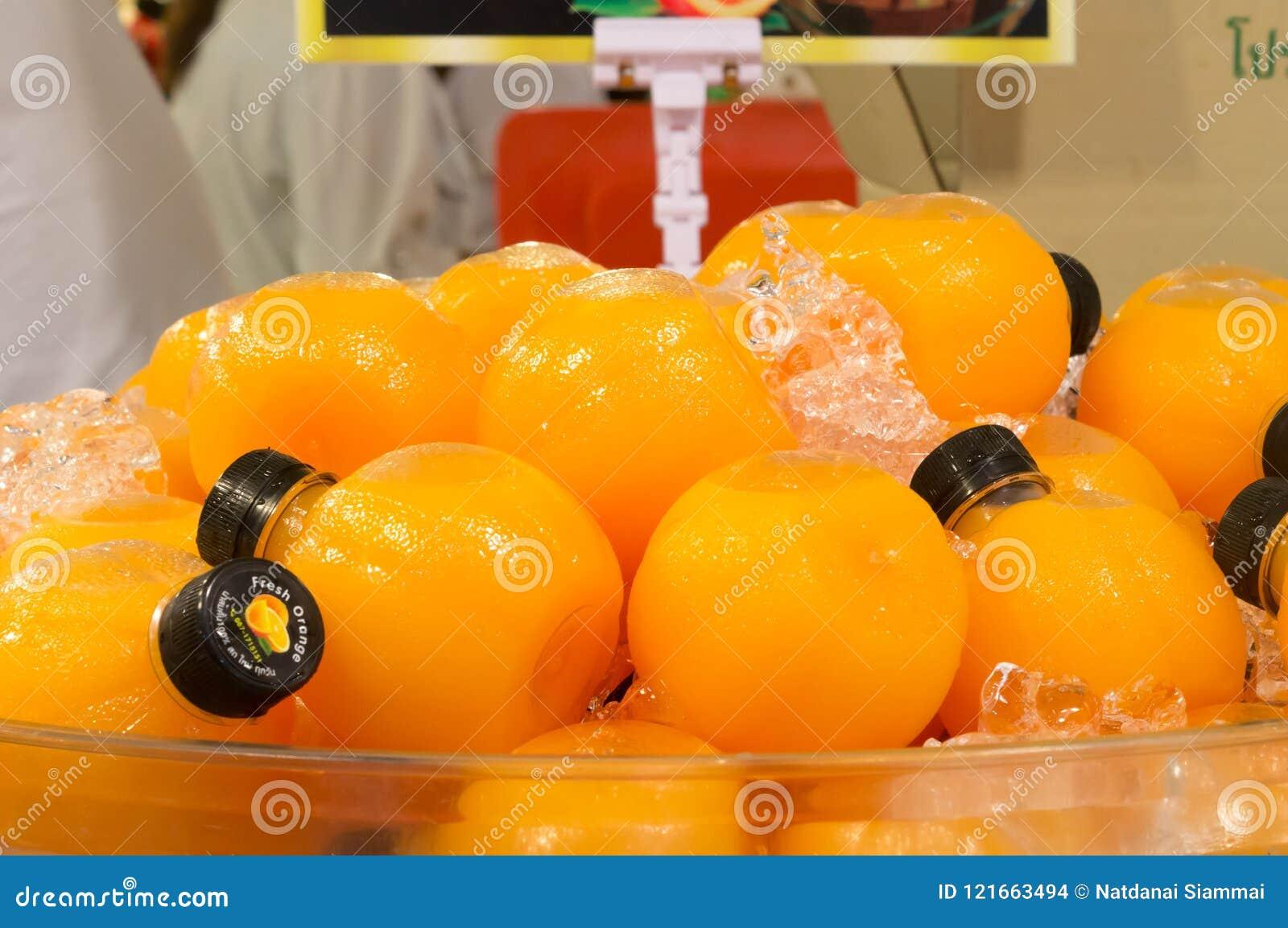 Succo d arancia in bottiglie di plastica rotonde sulla vendita