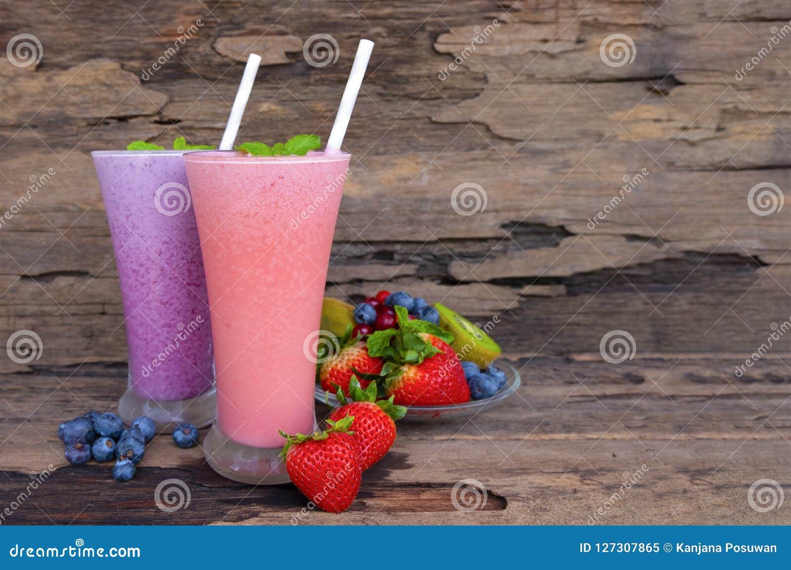 Succo di frutta variopinto dei frullati del mirtillo e della fragola, bevanda sana il gusto squisito in alimento di vetro della b