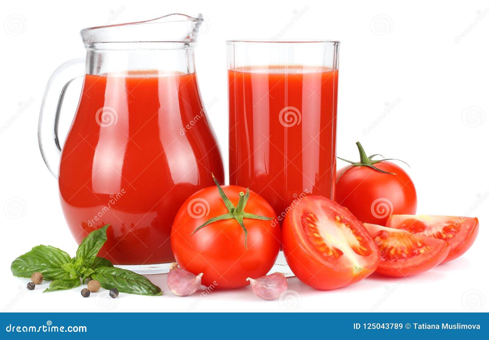 Succo di pomodoro in brocca di vetro isolata su fondo bianco