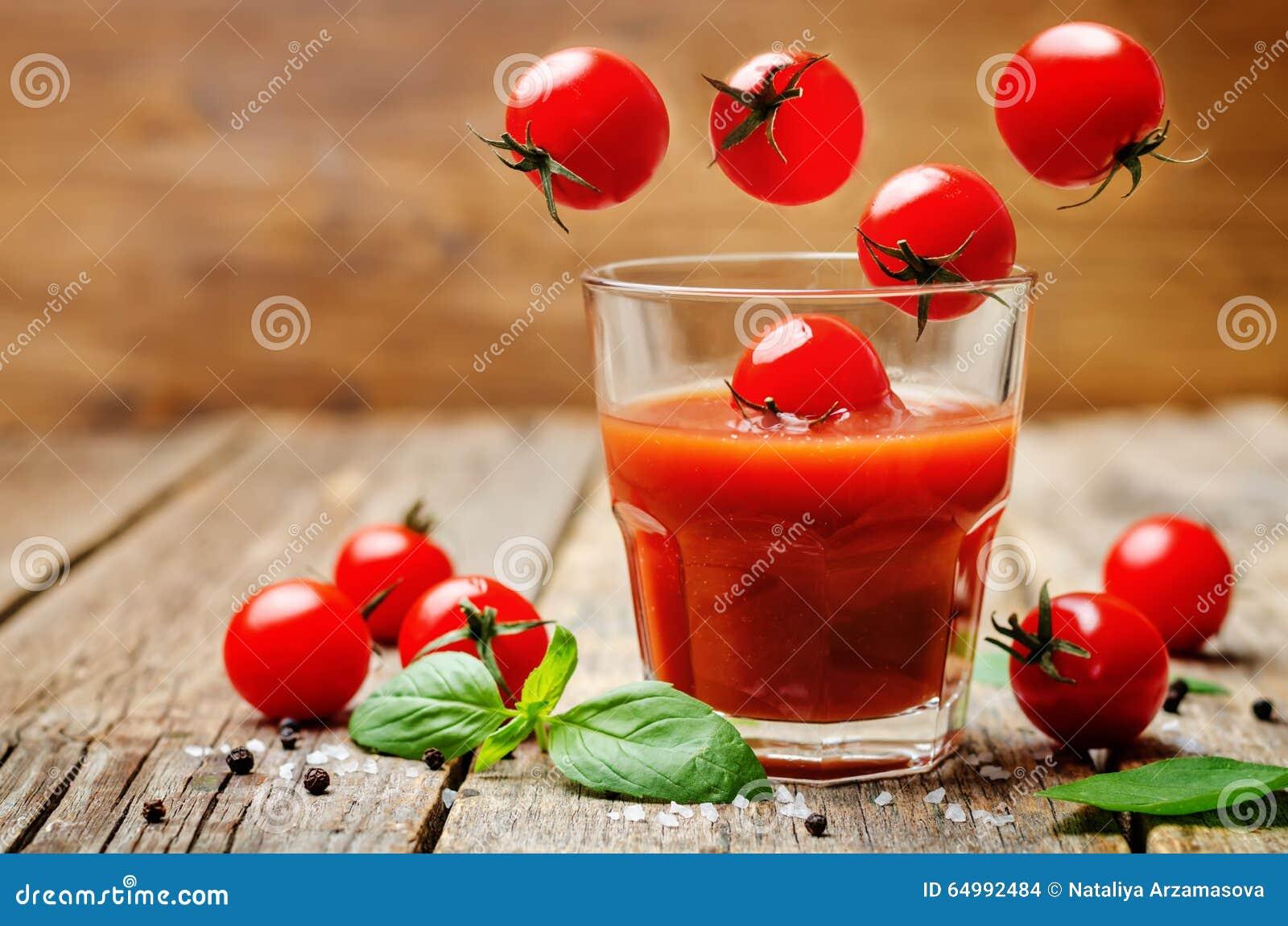 Succo di pomodoro con i pomodori